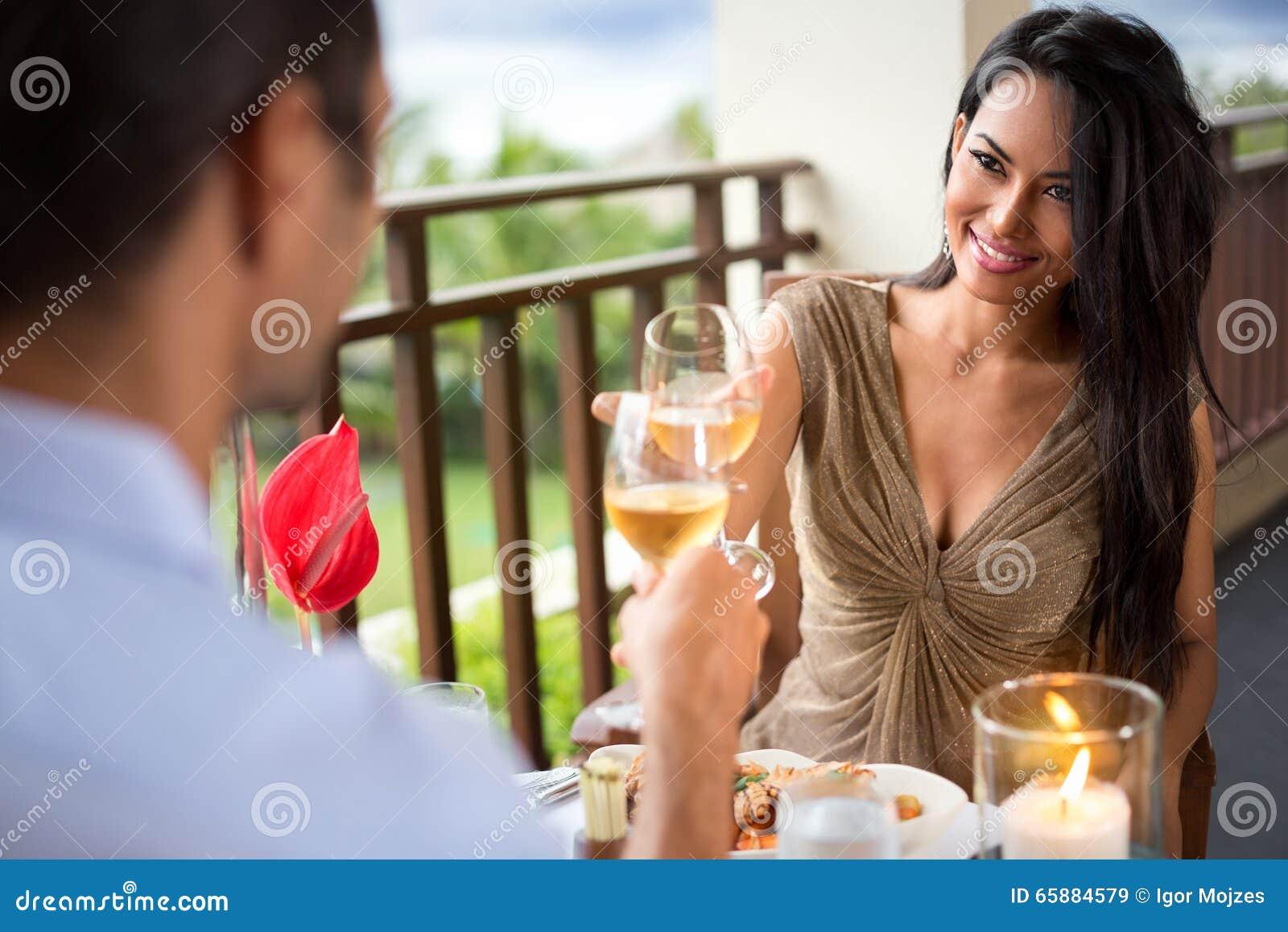 Het jonge paar het drinken wijnadvertentie roosteren