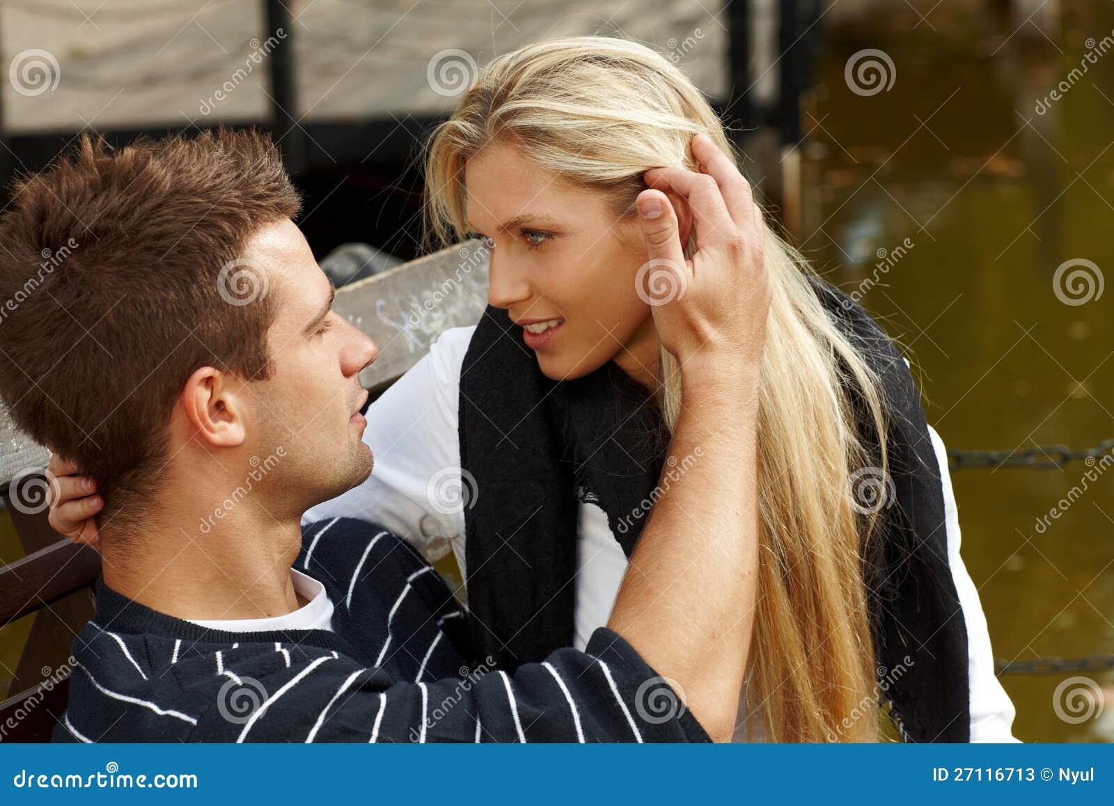 Het jonge paar kussen door meer