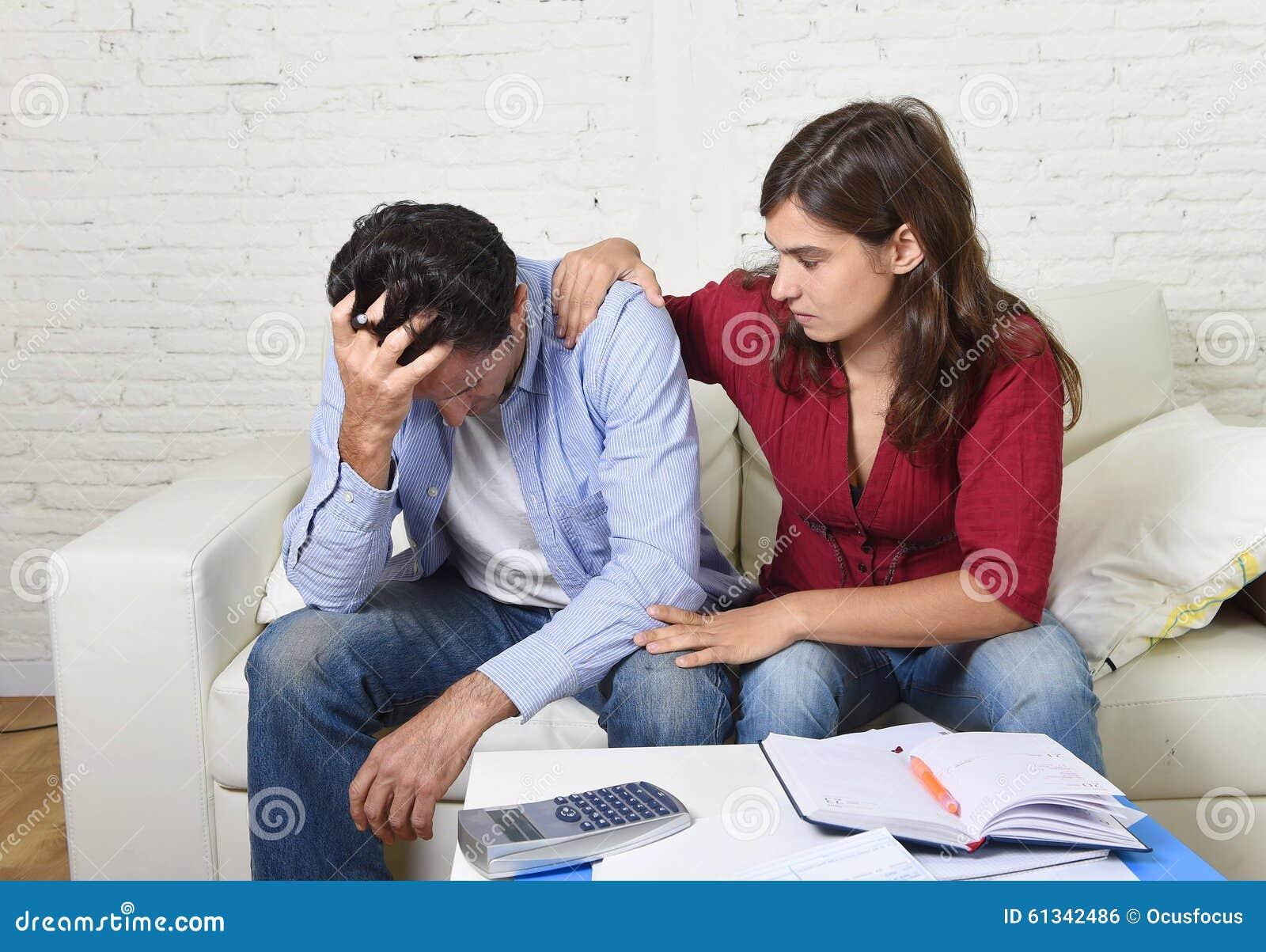 Het jonge paar maakte zich huis in van de de echtgenootboekhouding van de spanningsvrouw troostende van de schuld onbetaalde reke