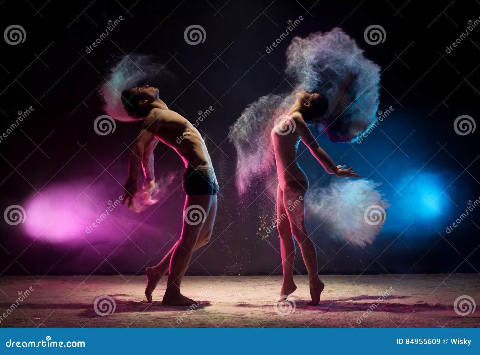 Het jonge paar stelt in het schot van de de wolkenstudio van het kleurenstof