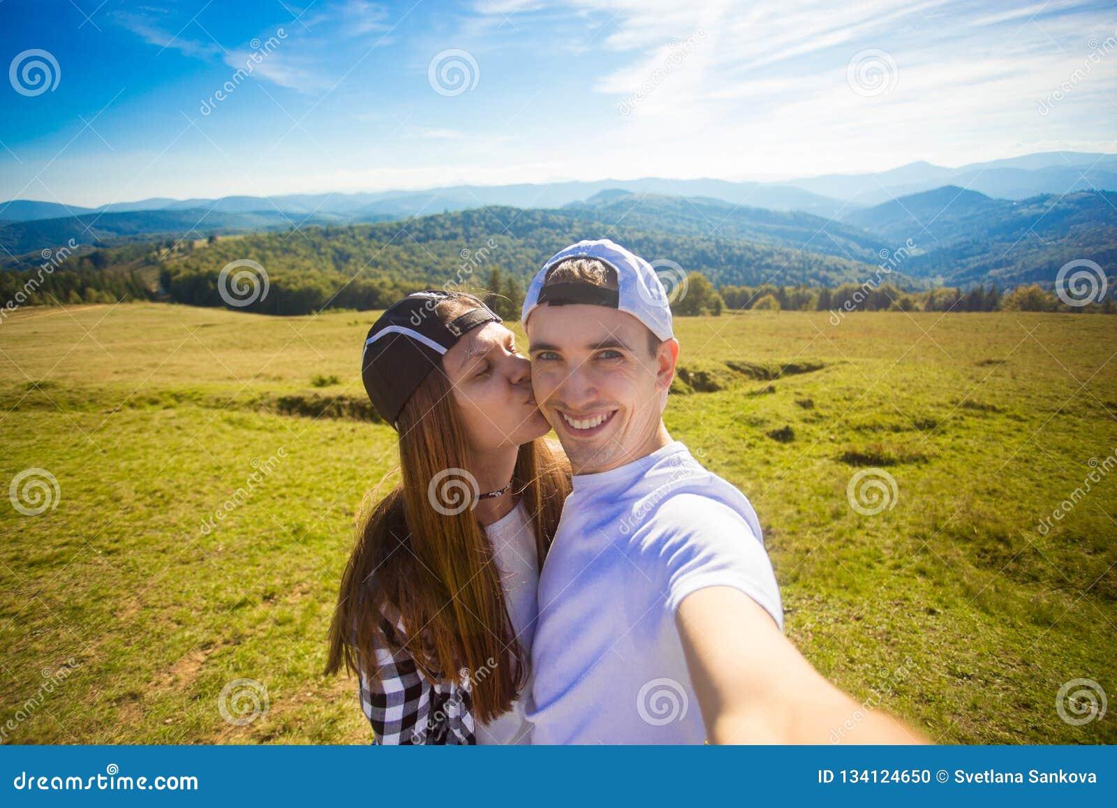 Het jonge paar wandeling nemen selfie met slimme telefoon Gelukkige jonge man en vrouw die zelfportret met berglandschap nemen