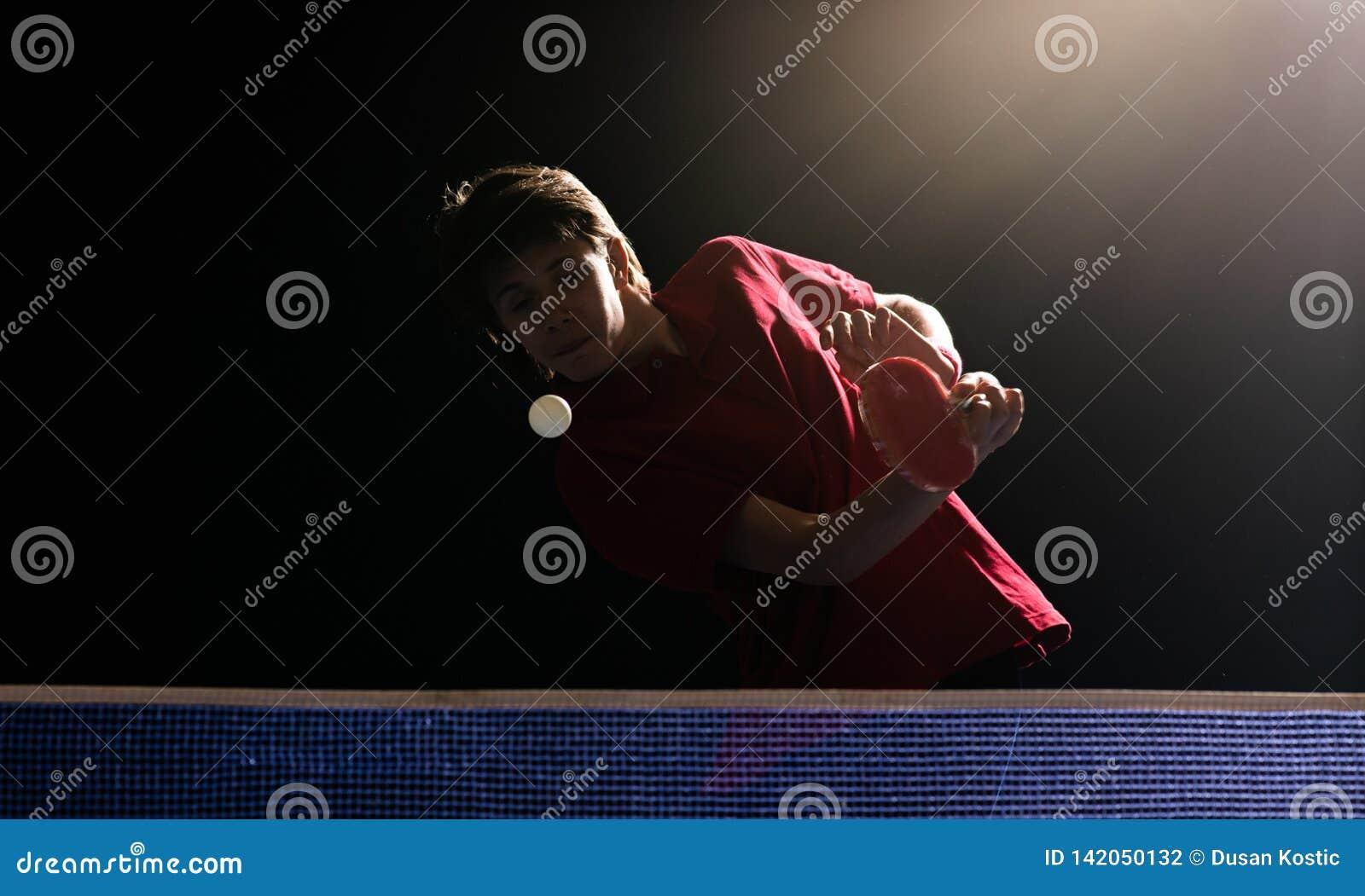 Het jonge pingpong van de jongens speelpingpong