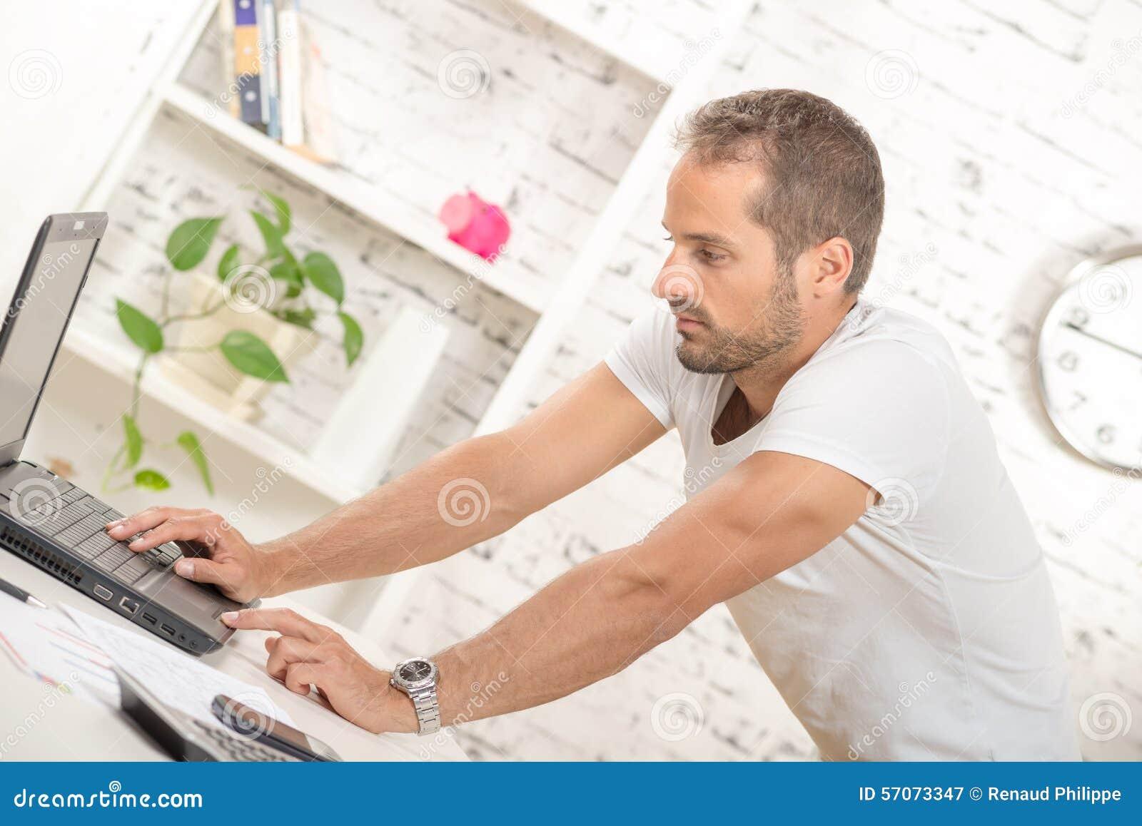 Het jonge uitvoerende werken met zijn computer