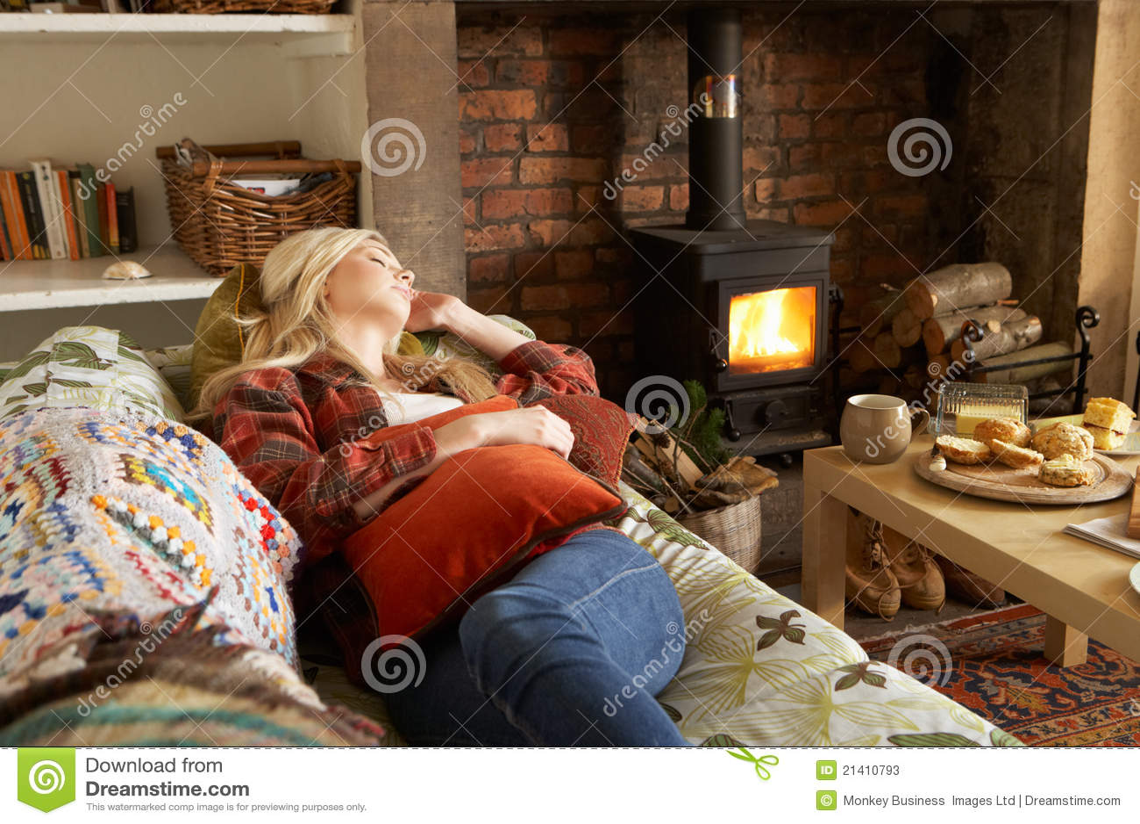 Het jonge vrouw ontspannen door brand