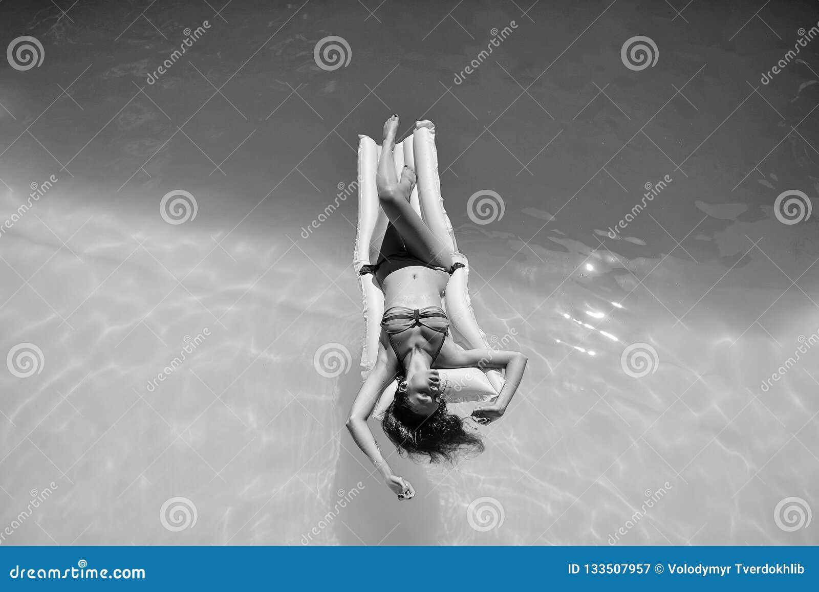 Het jonge vrouw ontspannen in pool