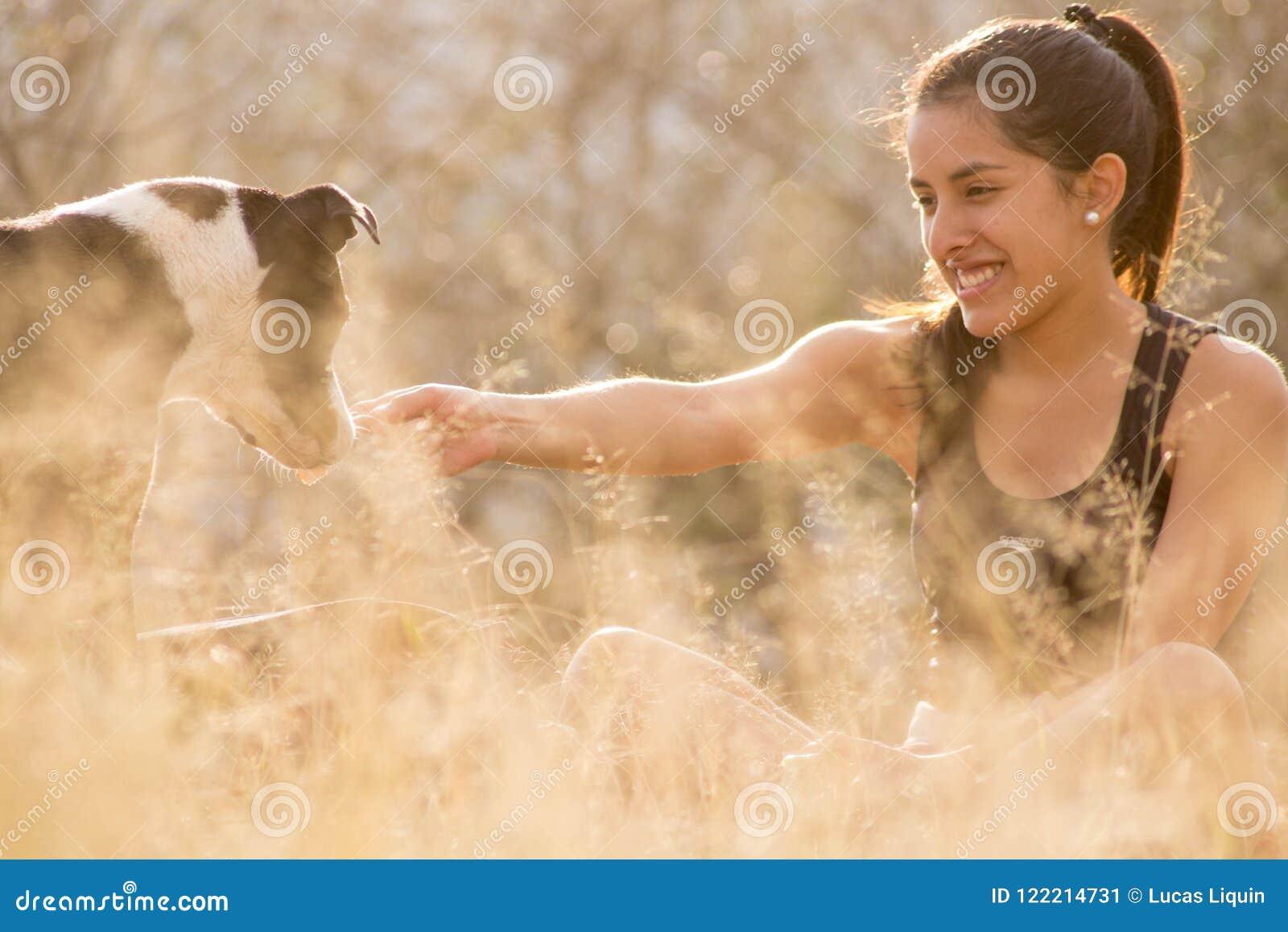 Het jonge vrouw spelen met hond