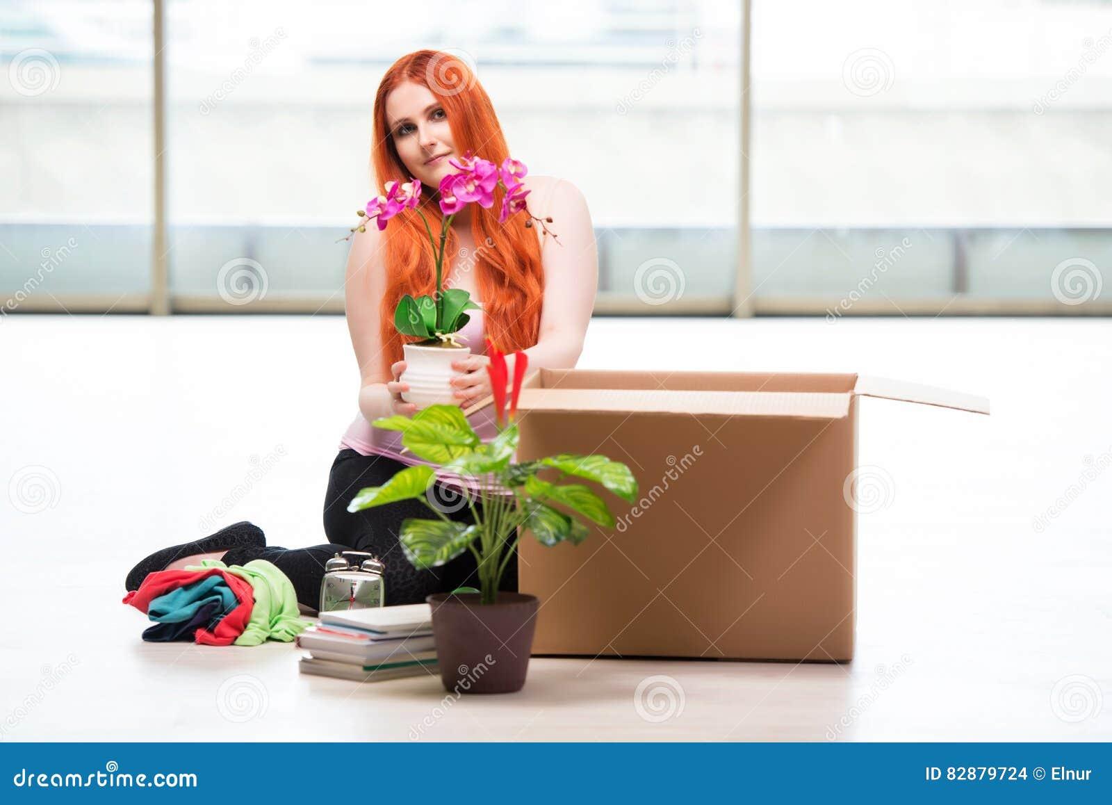 Het jonge vrouwen bewegende huis in levensstijlconcept stock foto afbeelding 82879724 - Foto huis in l ...