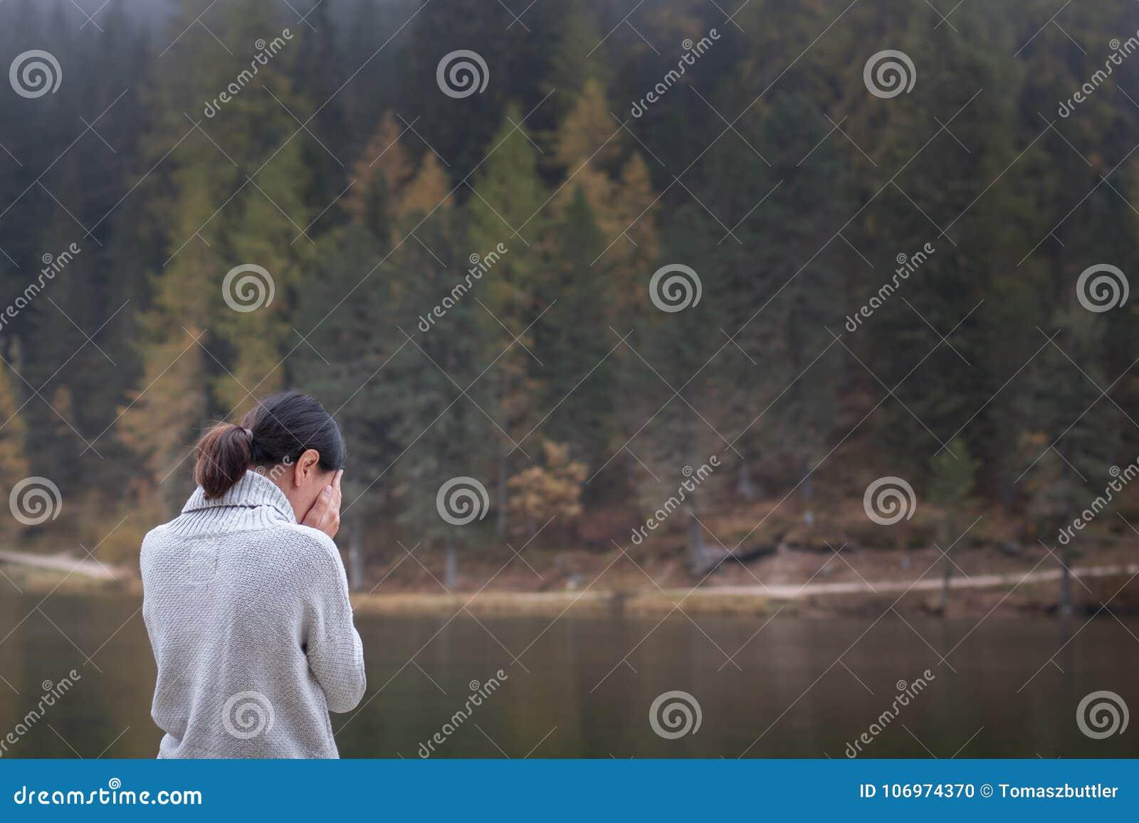 Het jonge wijfje bevindt zich door water en te schreeuwen