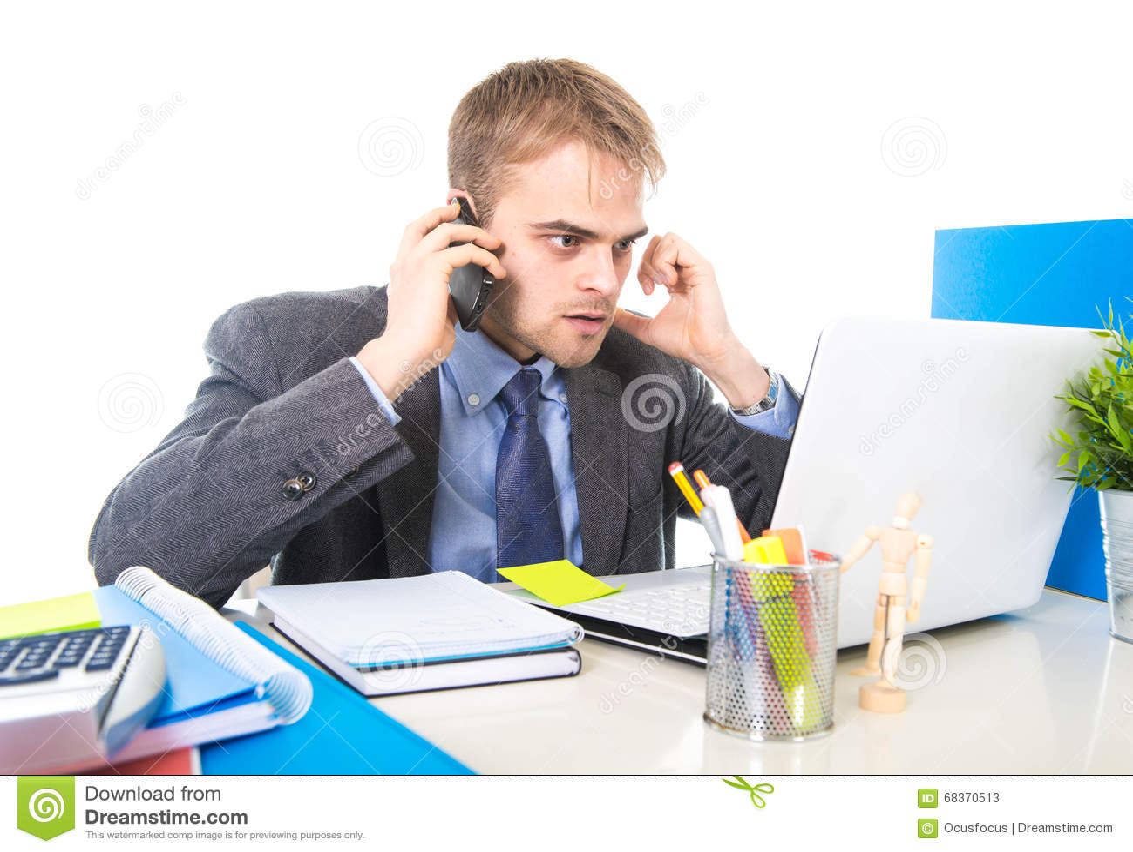 Het jonge zakenman ongerust gemaakte vermoeide spreken op mobiele telefoon in bureau die aan spanning lijden