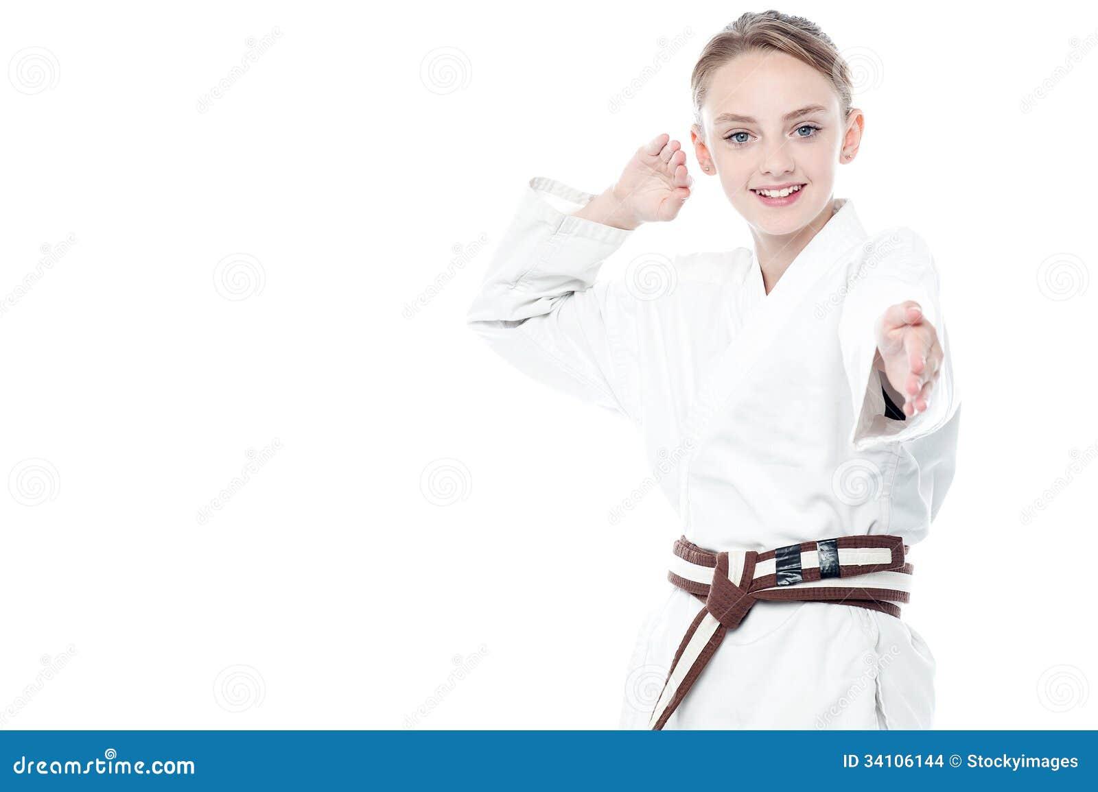 Het jonge zekere karatejong geitje stellen