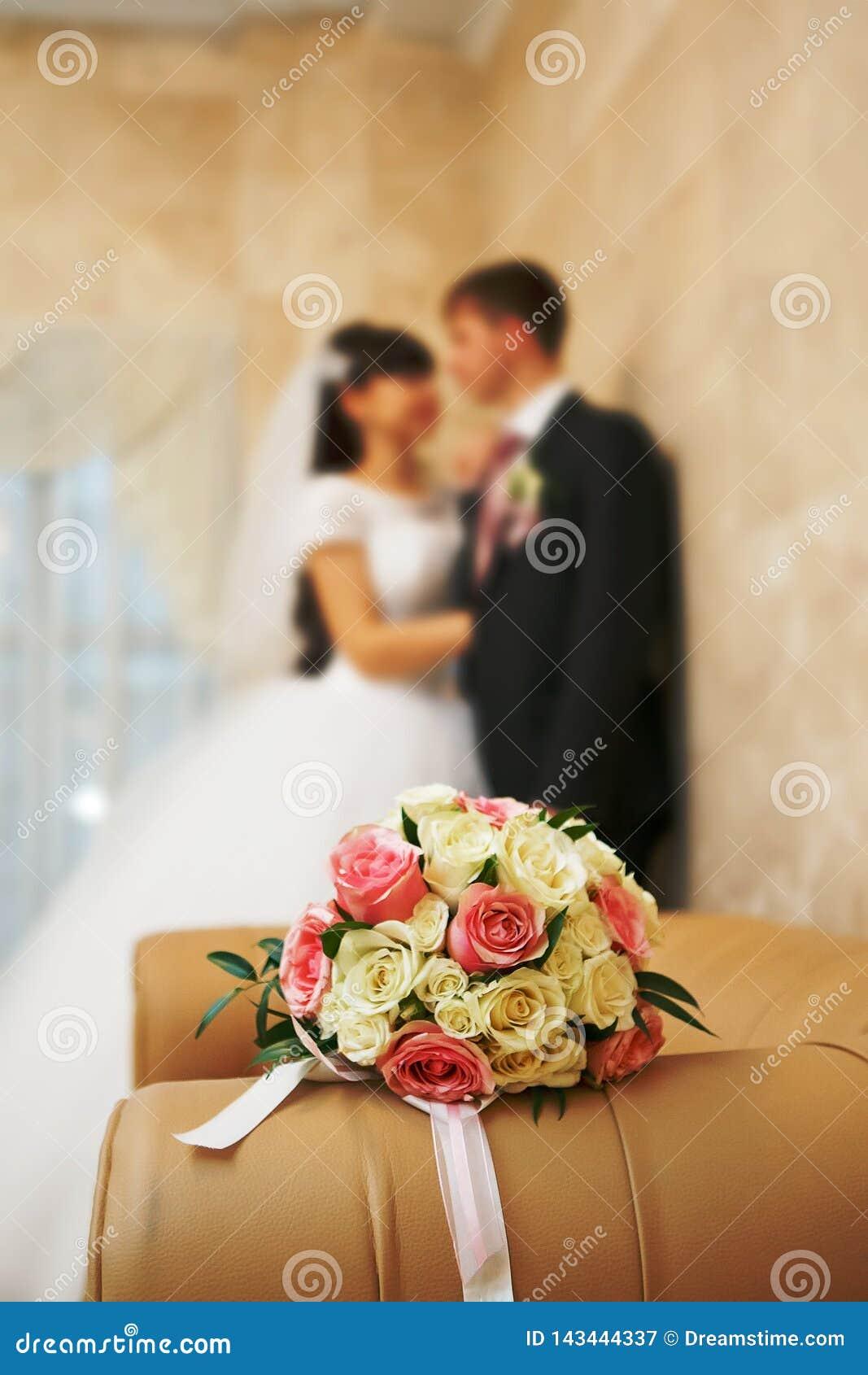 Het jonggehuwde van het huwelijksboeket