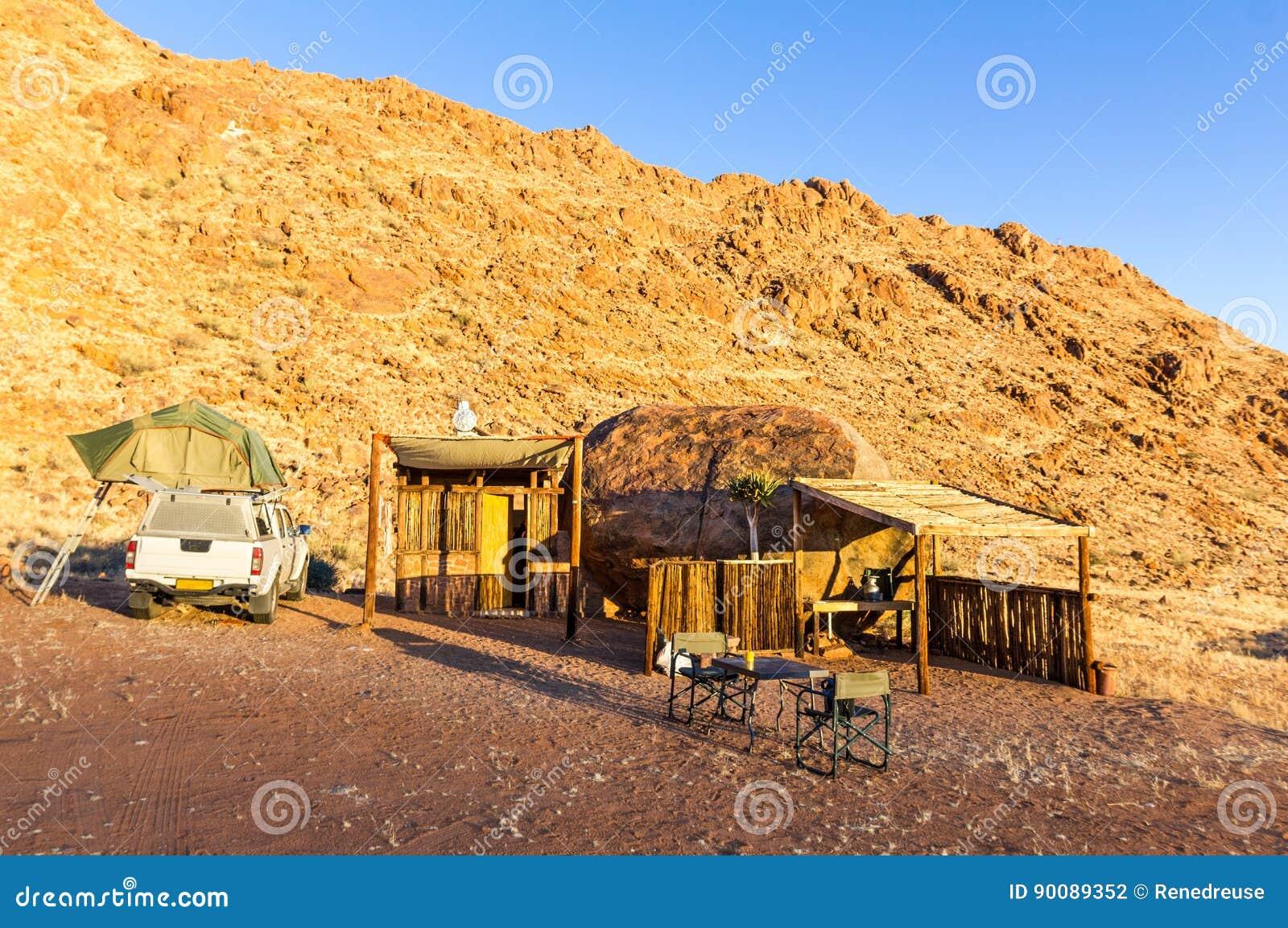 Het kamperen in Afrika met houten schuilplaatscabine in woestijnzonsopgang