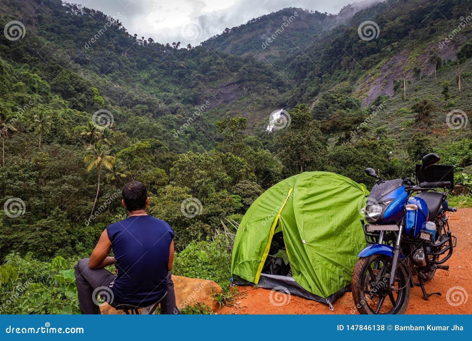Het kamperen solo het reizigersleven in bos