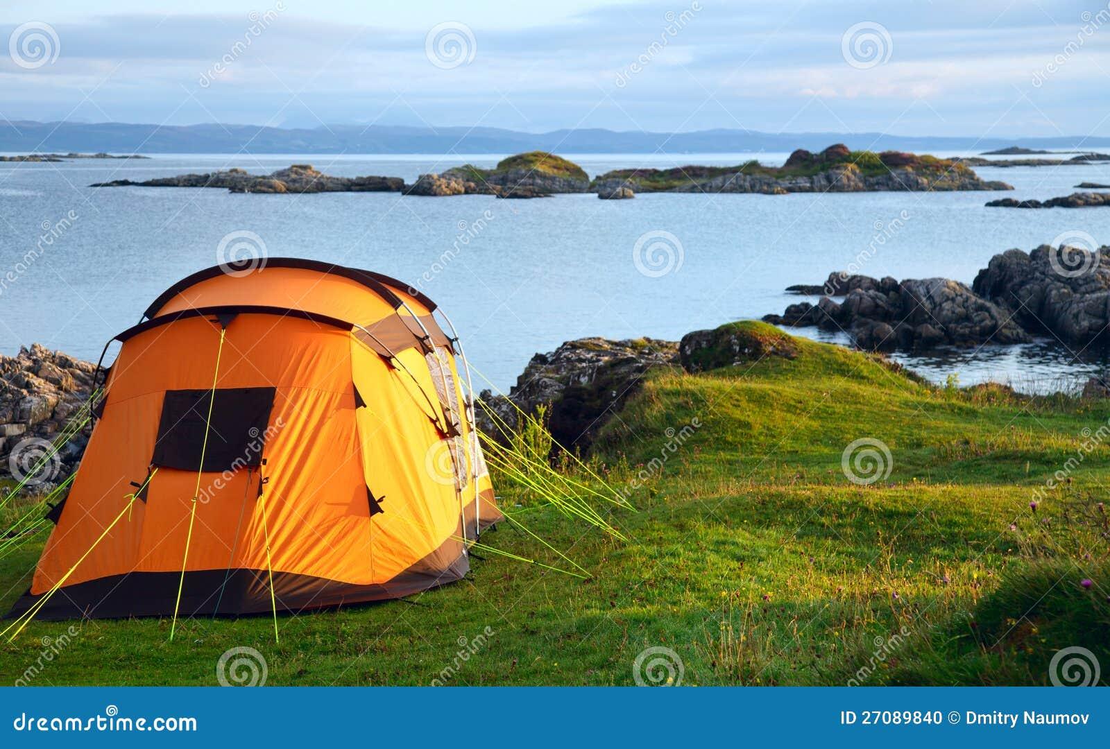Het kamperen tent op oceaankust