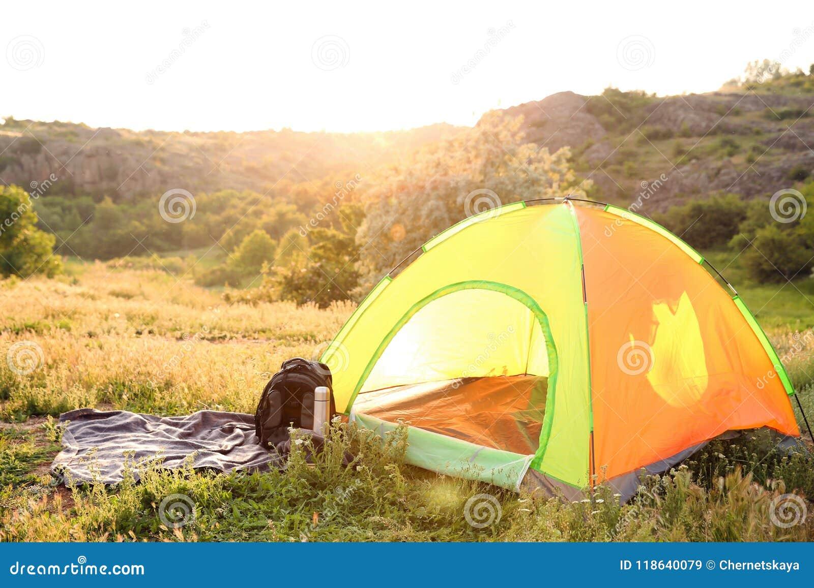 Het kamperen toestel en toeristentent in wildernis