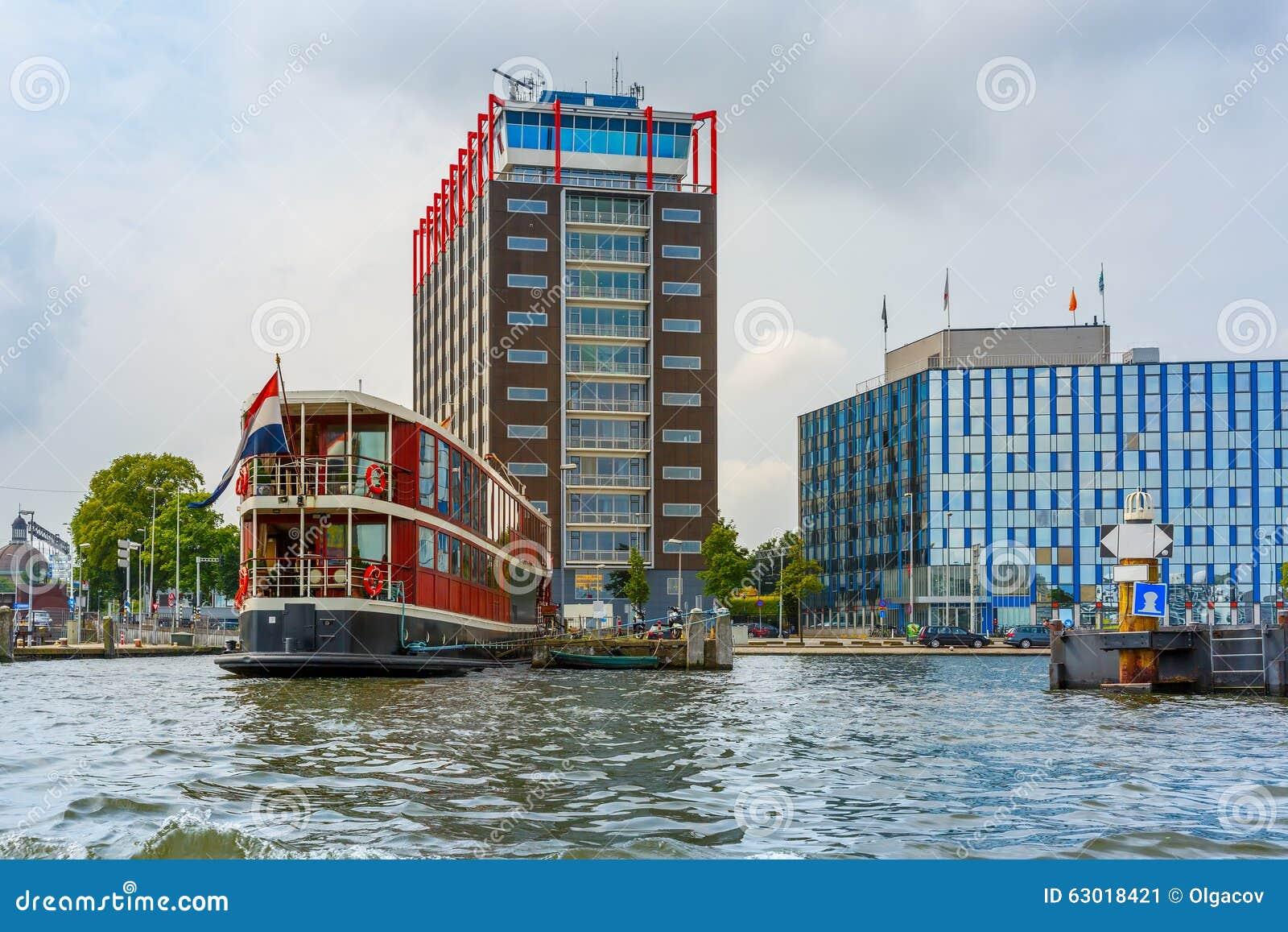 Het kanaal van amsterdam boot en de moderne bouw holland for Moderne bouw