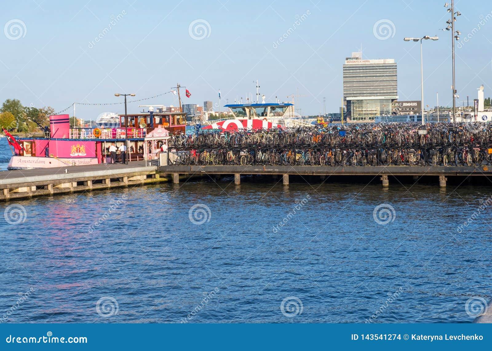 Het kanaal van Amsterdam en brug met fietsen, Holland, Nederland
