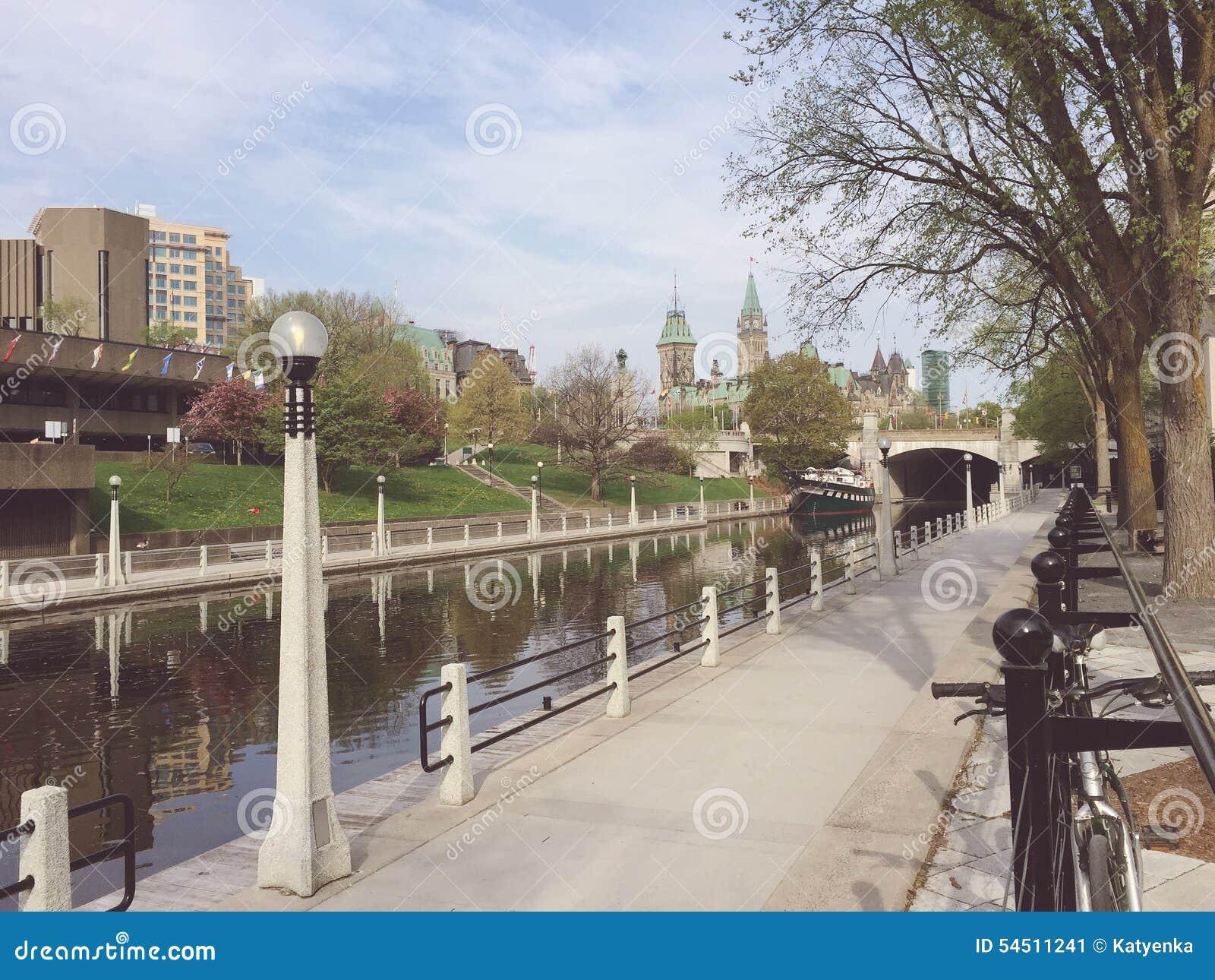 Het Kanaal van Rideau van Ottawa en het Parlement van Canada op een de lenteochtend