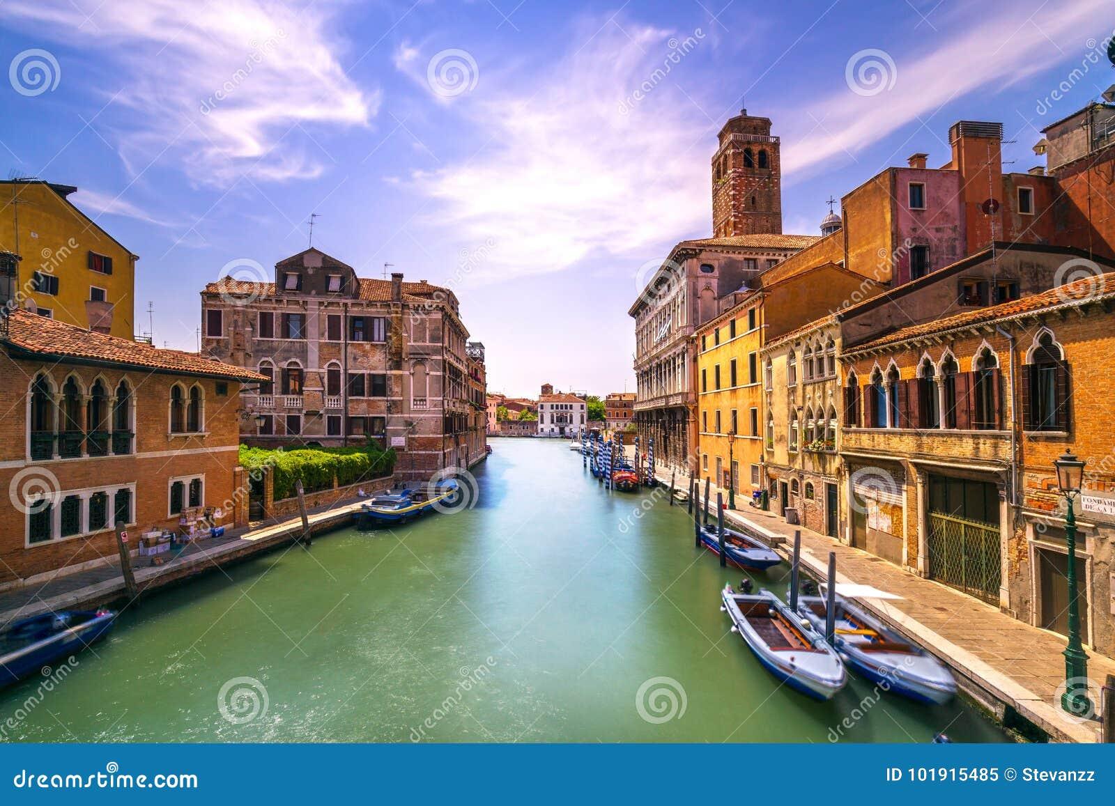 Het kanaal van Venetië in het oriëntatiepunt van Cannaregio en van de kerk van San Geremia ital