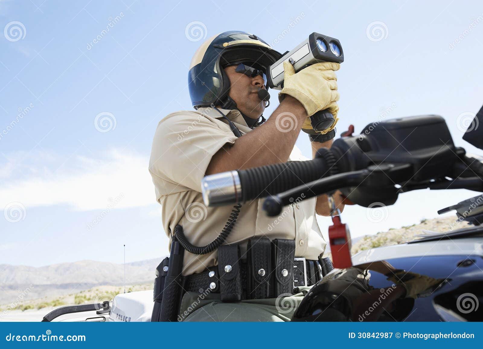 Het Kanon van politiemanlooking through radar