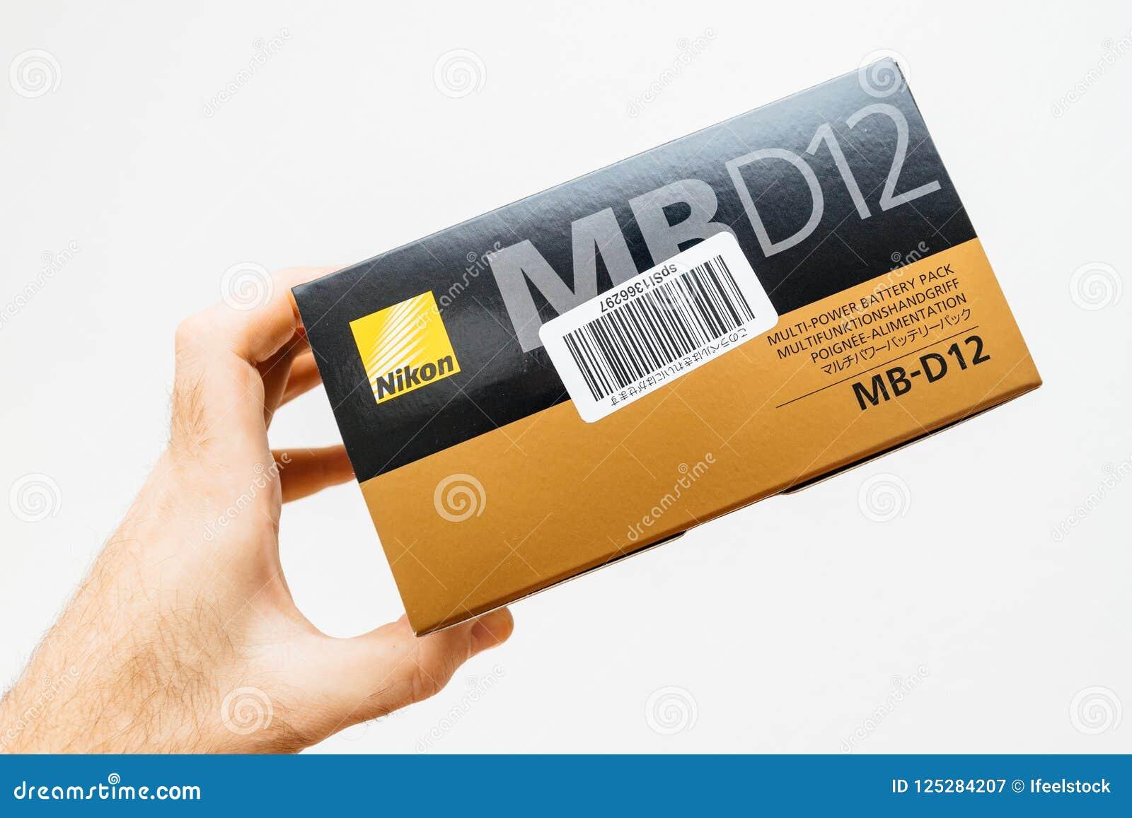 Het karton van de mensenholding met de toebehoren van Nikon DSLR