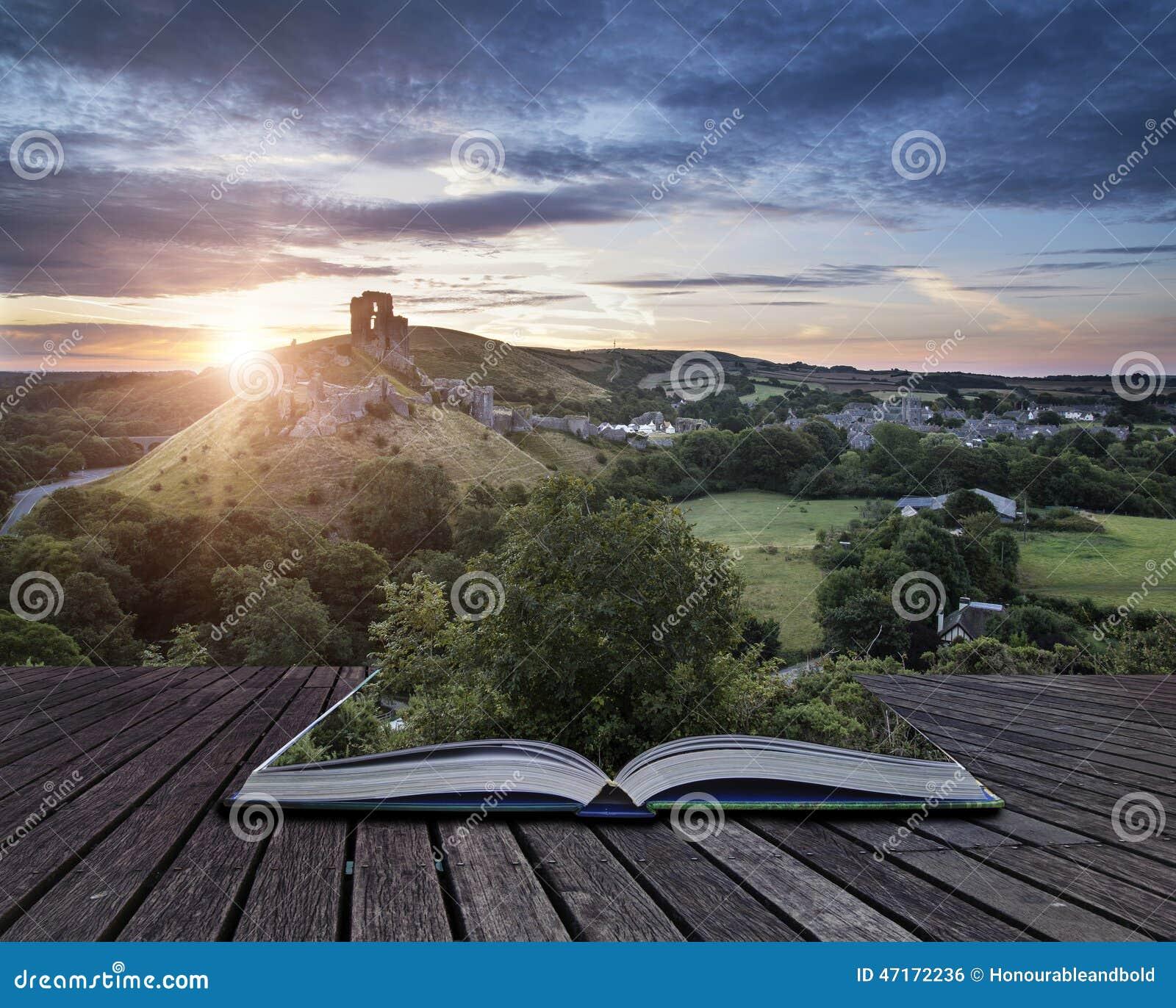 Het kasteel ruïneert landschap bij zonsopgang met inspirational zonnestraal is