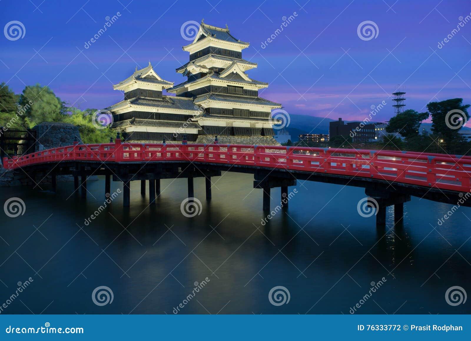 Het kasteel van Matsumoto bij nacht in de stad van Matsumoto, Nagono, Japan