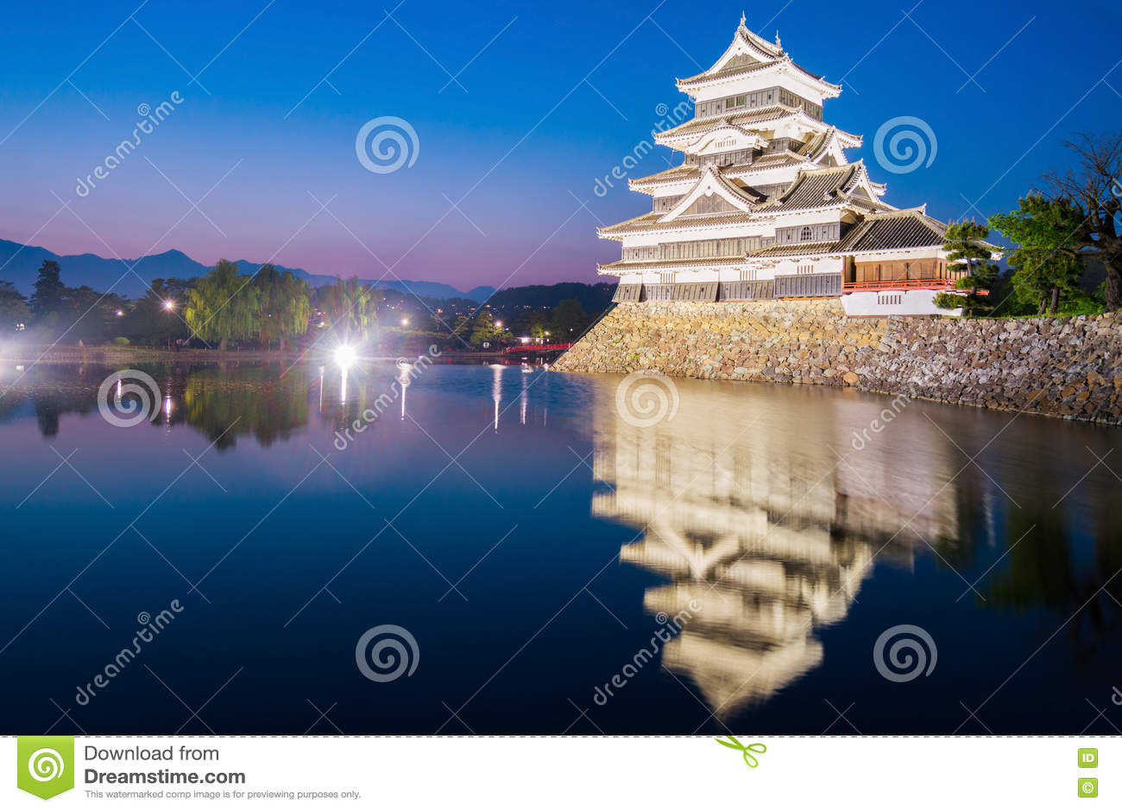 Het kasteel & x28 van Matsumoto; Matsumoto-Jo& x29; historisch oriëntatiepunt bij nacht met