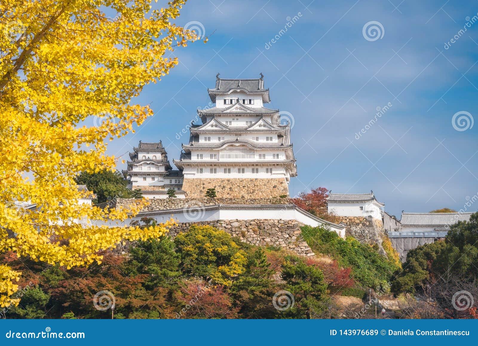 Het Kasteelgronden van Himeji in de herfst in Japan