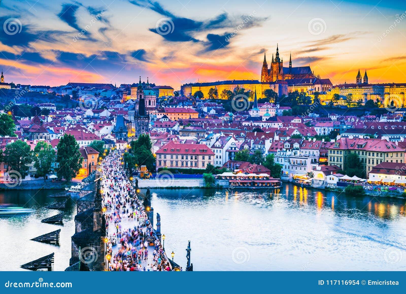 Het Kasteelzonsondergang van Praag over Charles Bridge, Tsjechische Republiek