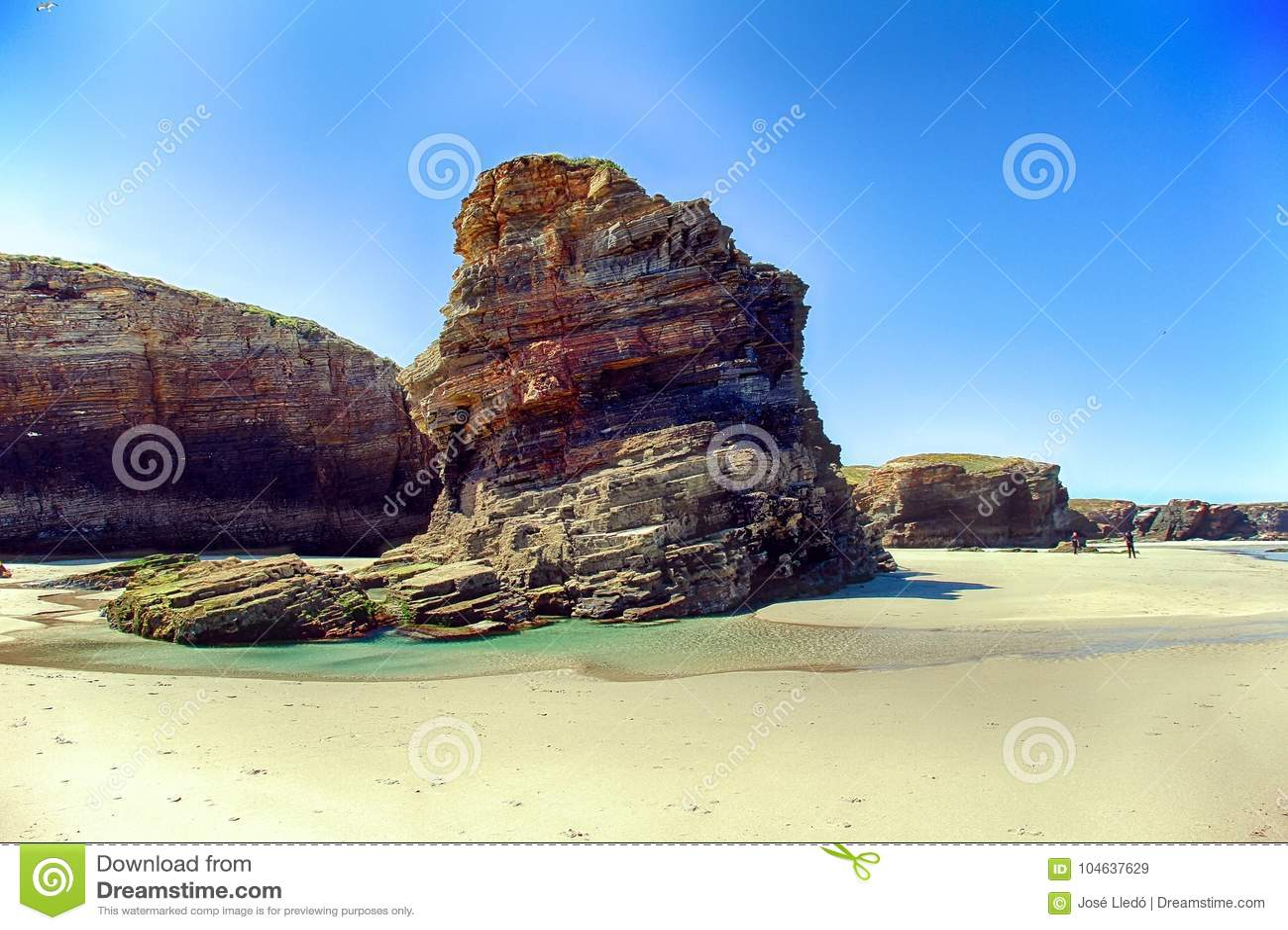 Download Het Kathedralenstrand In Eb Met Rotsen Erosioned Door De Actie Van Het Overzees Stock Afbeelding - Afbeelding bestaande uit steen, sluit: 104637629