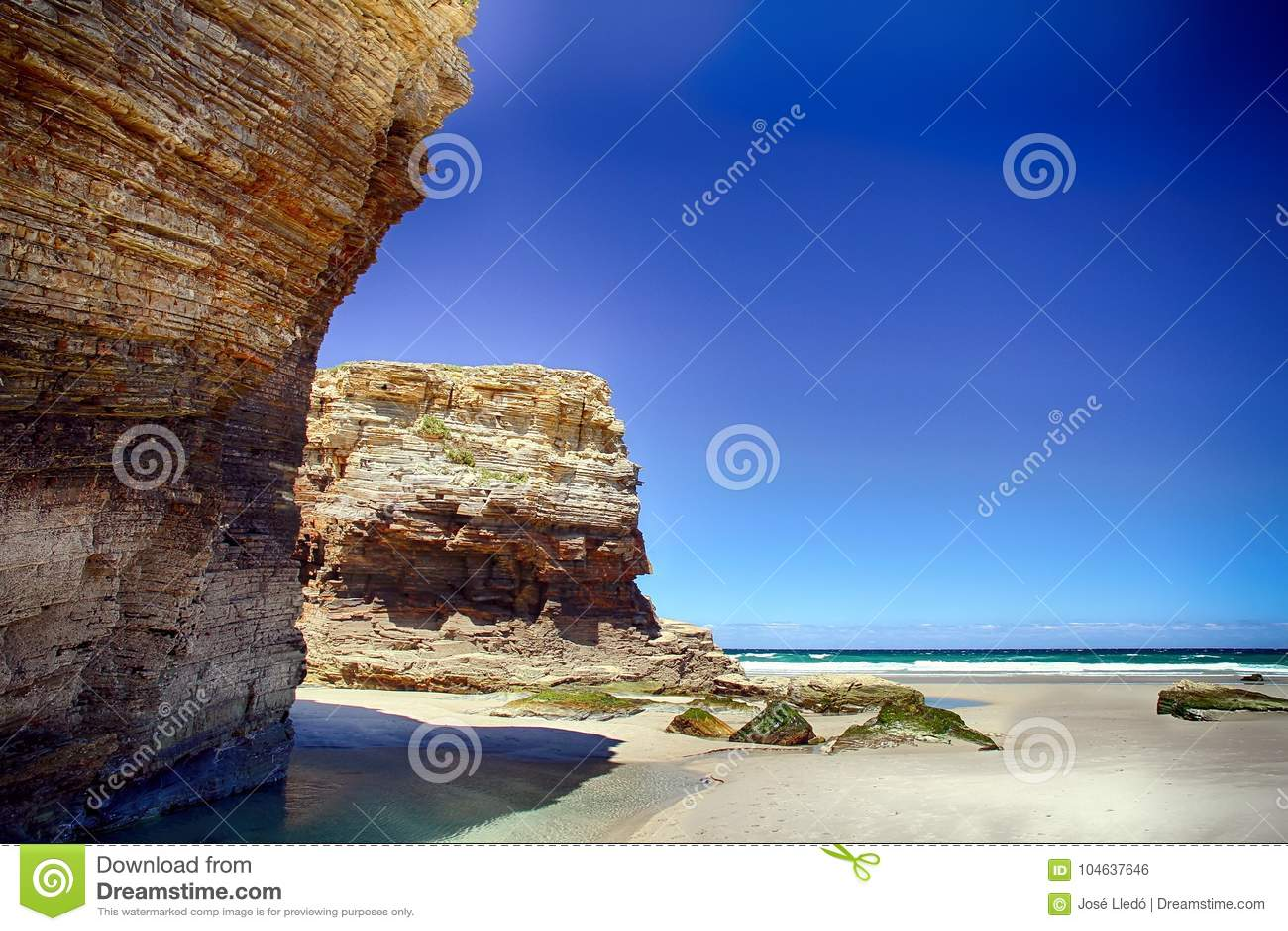 Download Het Kathedralenstrand In Eb Met Rotsen Erosioned Door De Actie Van Het Overzees Stock Foto - Afbeelding bestaande uit kust, nave: 104637646
