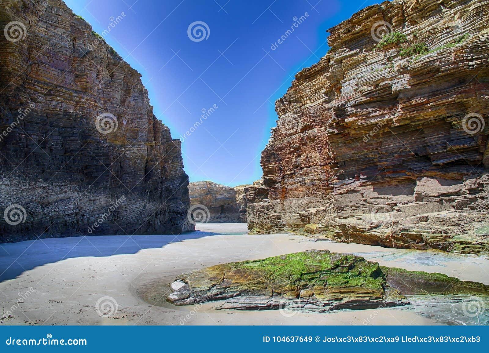 Download Het Kathedralenstrand In Eb Met Rotsen Erosioned Door De Actie Van Het Overzees Stock Afbeelding - Afbeelding bestaande uit asturias, marine: 104637649