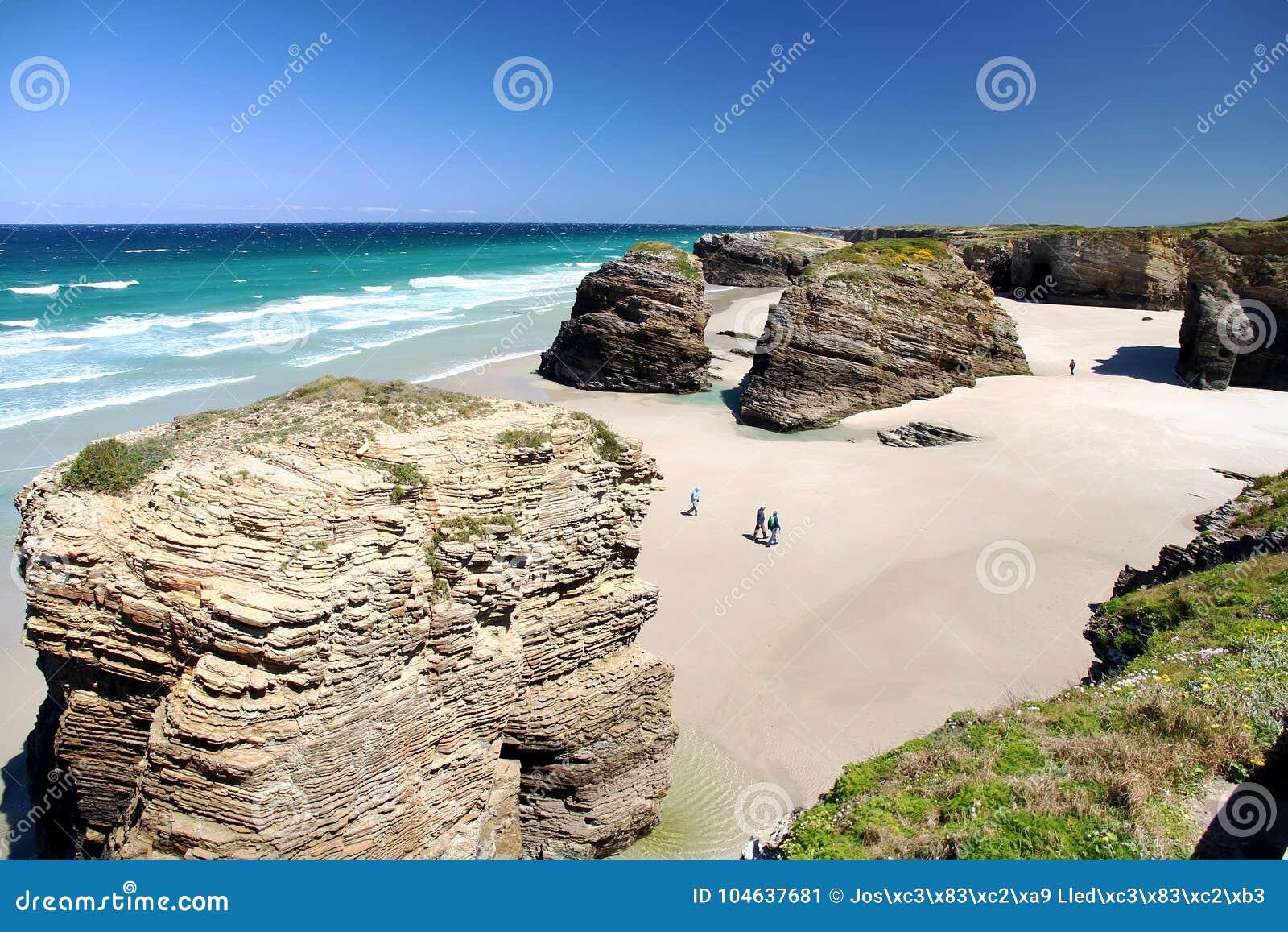 Download Het Kathedralenstrand In Eb Met Rotsen Erosioned Door De Actie Van Het Overzees Stock Afbeelding - Afbeelding bestaande uit klip, zand: 104637681