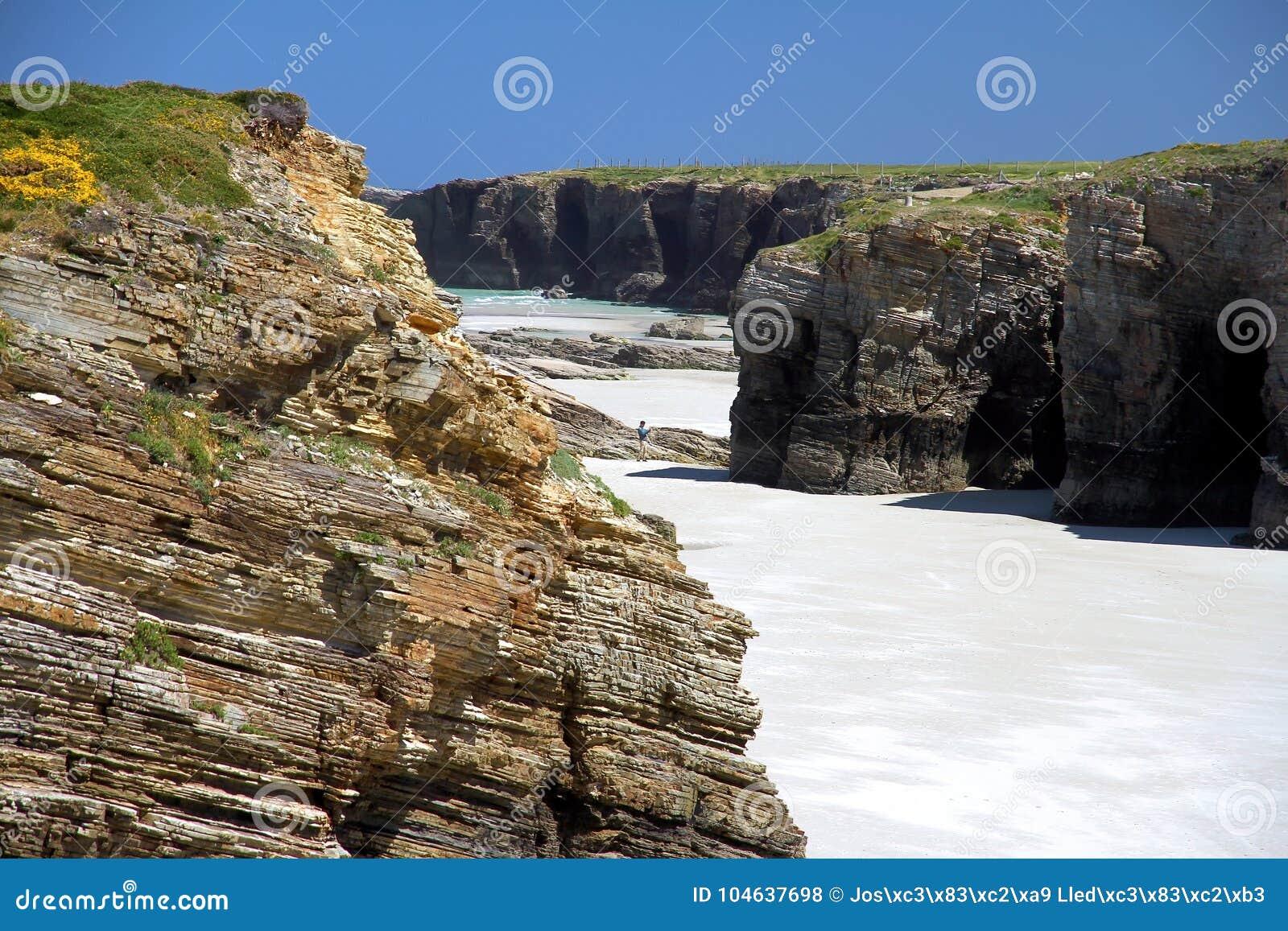 Download Het Kathedralenstrand In Eb Met Rotsen Erosioned Door De Actie Van Het Overzees Redactionele Stock Foto - Afbeelding bestaande uit zand, steen: 104637698