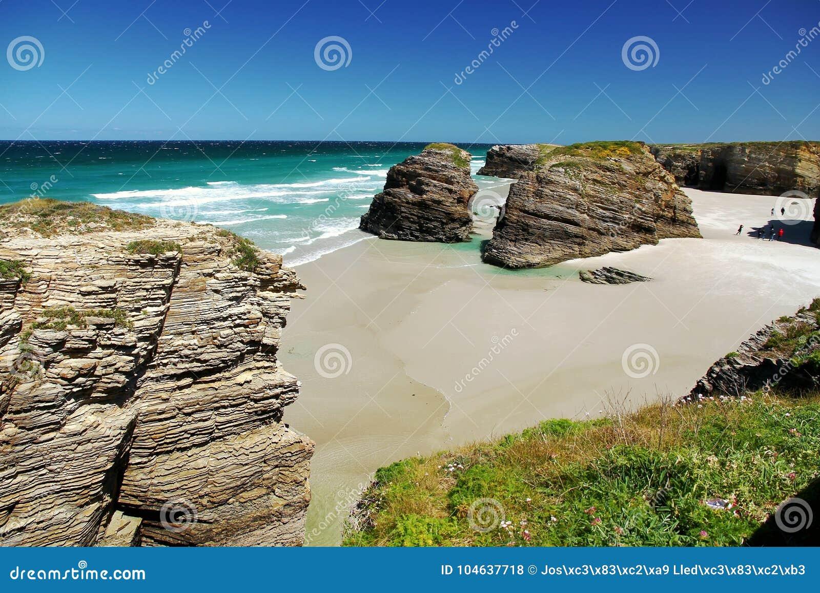 Download Het Kathedralenstrand In Eb Met Rotsen Erosioned Door De Actie Van Het Overzees Stock Foto - Afbeelding bestaande uit hoog, zand: 104637718