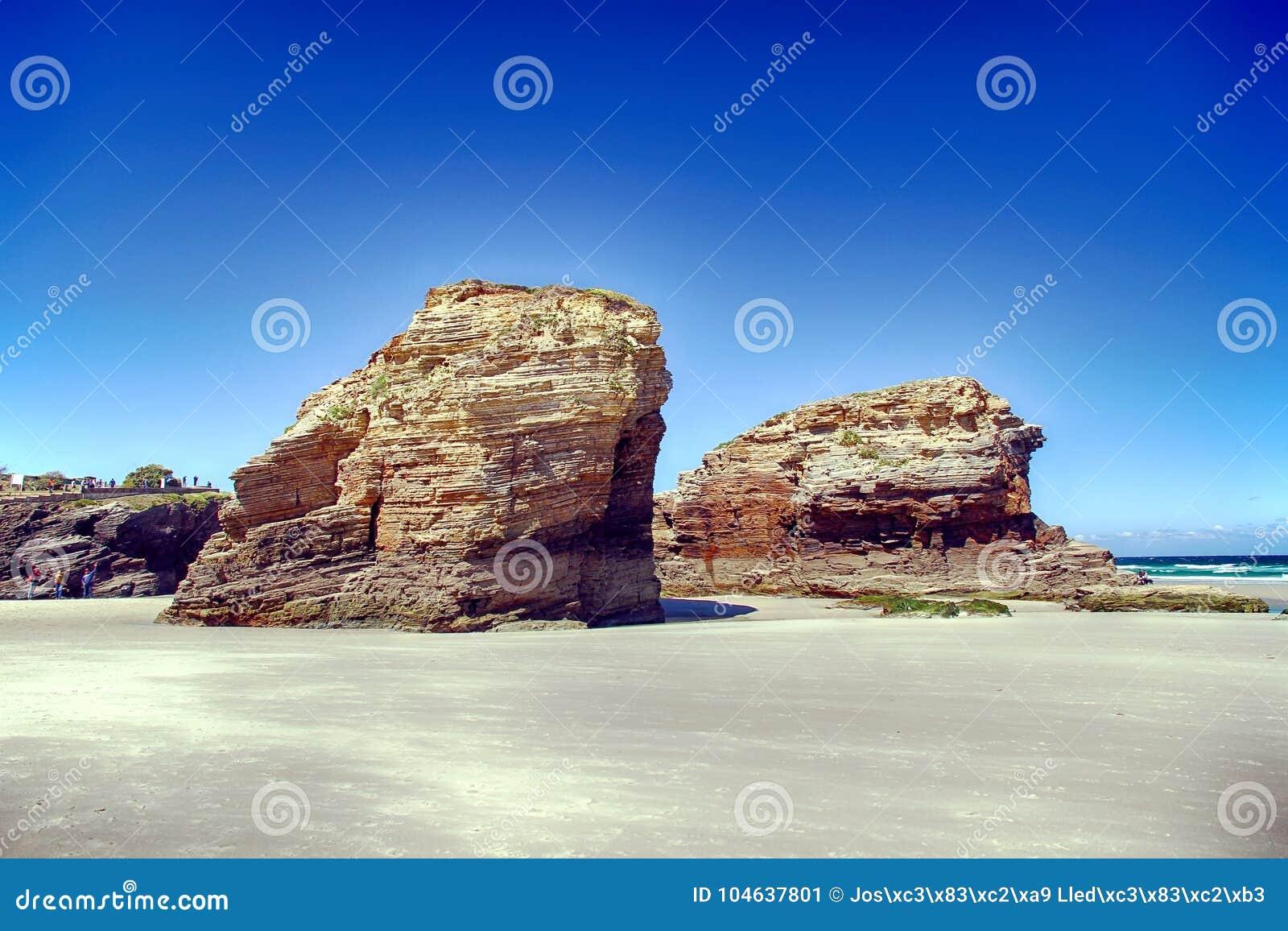Download Het Kathedralenstrand In Eb Met Rotsen Erosioned Door De Actie Van Het Overzees Stock Afbeelding - Afbeelding bestaande uit boog, rotsen: 104637801