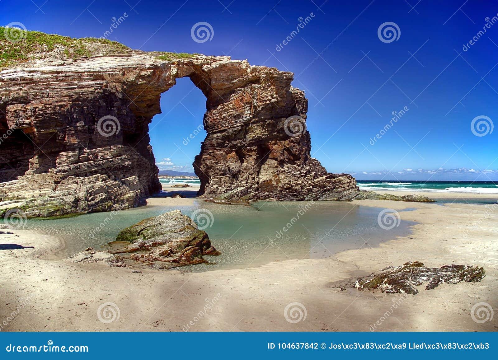 Download Het Kathedralenstrand In Eb Met Rotsen Erosioned Door De Actie Van Het Overzees Stock Foto - Afbeelding bestaande uit overzees, europa: 104637842