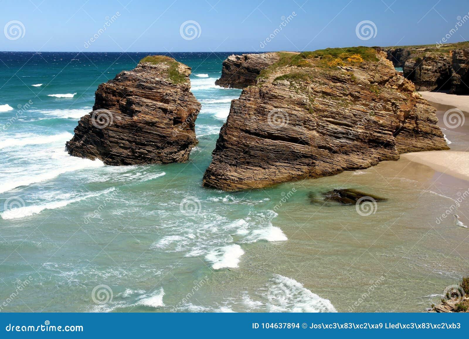 Download Het Kathedralenstrand In Eb Met Rotsen Erosioned Door De Actie Van Het Overzees Stock Foto - Afbeelding bestaande uit oceaan, landschap: 104637894