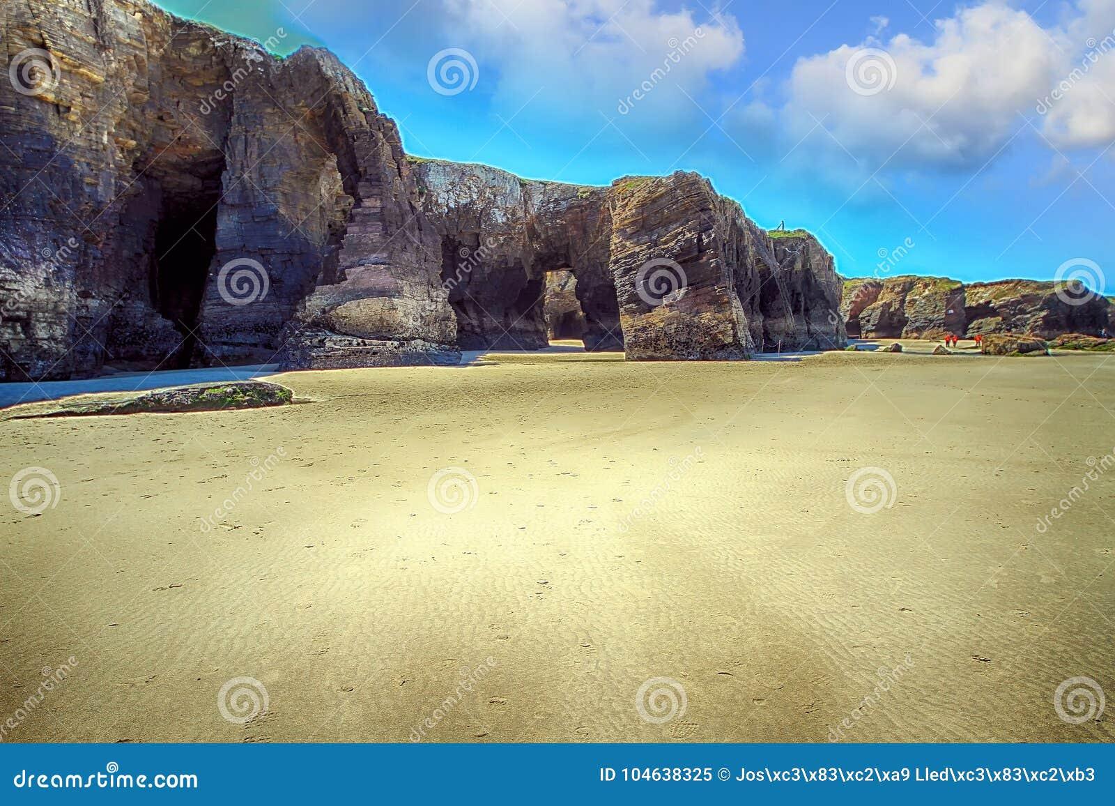 Download Het Kathedralenstrand Met De Rotsen Erosioned Door De Actie Van Het Overzees Stock Afbeelding - Afbeelding bestaande uit klip, erosie: 104638325