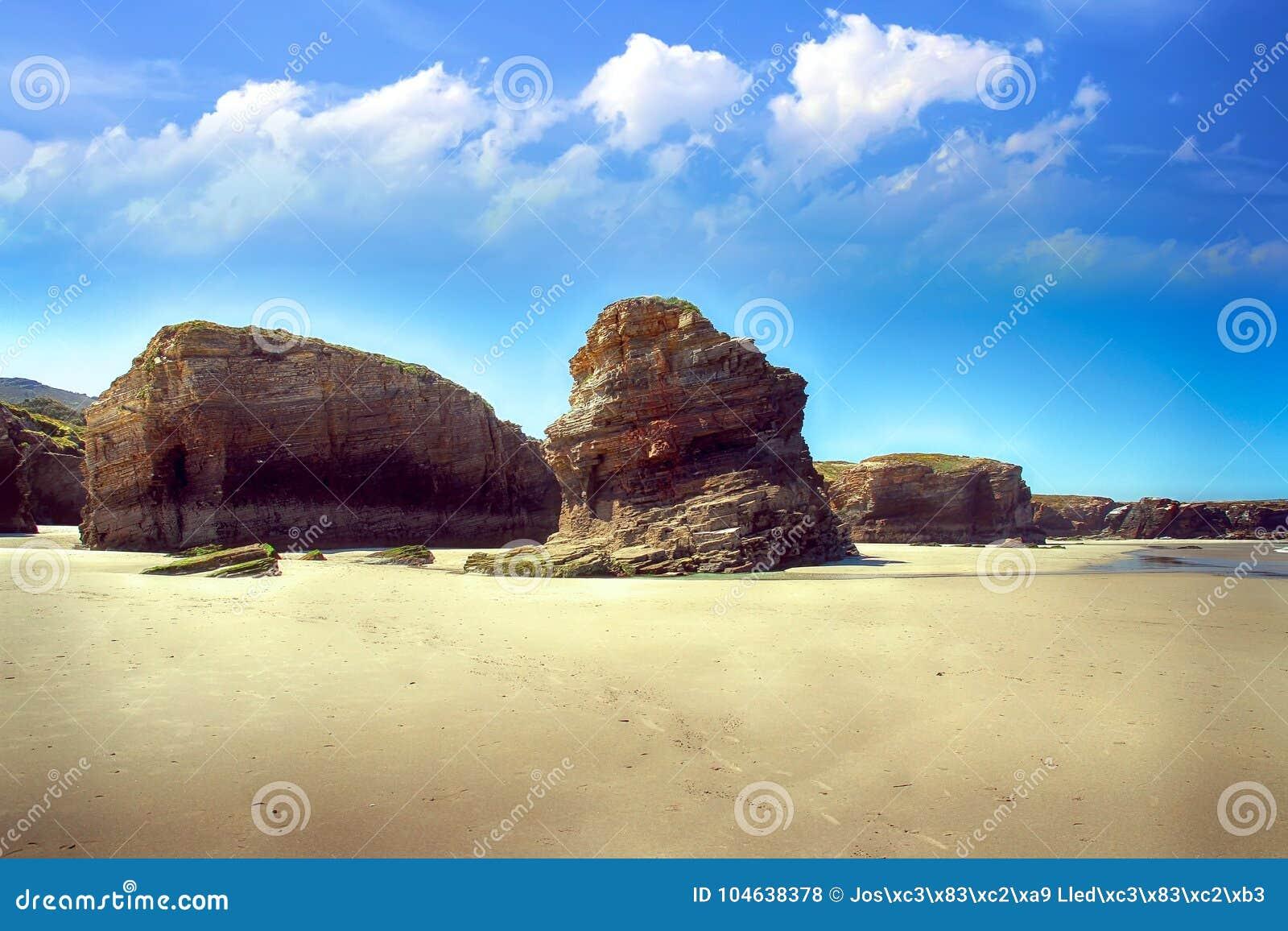 Download Het Kathedralenstrand Met De Rotsen Erosioned Door De Actie Van Het Overzees Stock Foto - Afbeelding bestaande uit actie, klip: 104638378