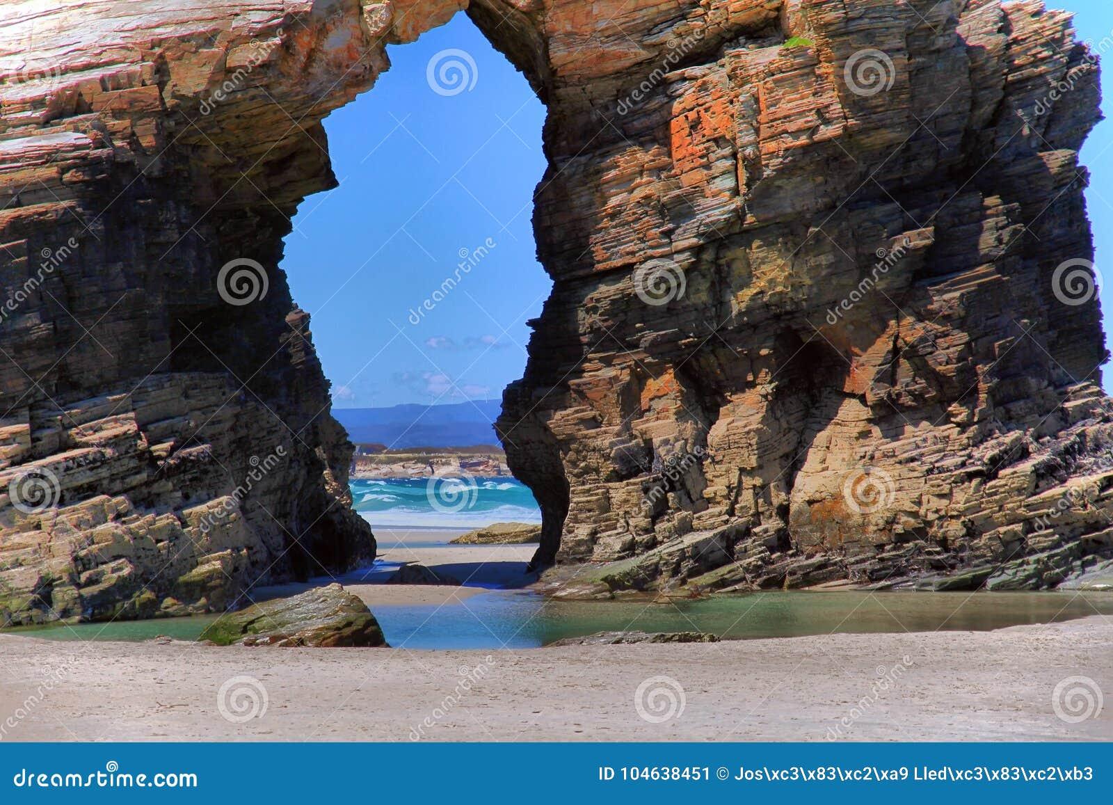 Download Het Kathedralenstrand Met De Rotsen Erosioned Door De Actie Van Het Overzees Stock Afbeelding - Afbeelding bestaande uit boog, schoonheid: 104638451