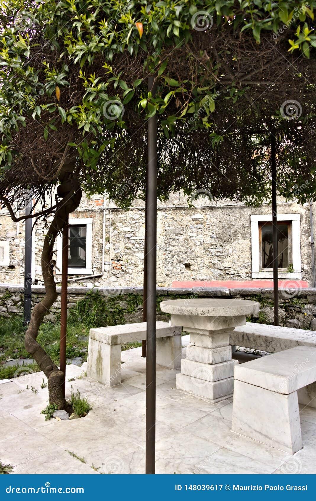 In het kerkvierkant is er een originele die pergola door s wordt behandeld