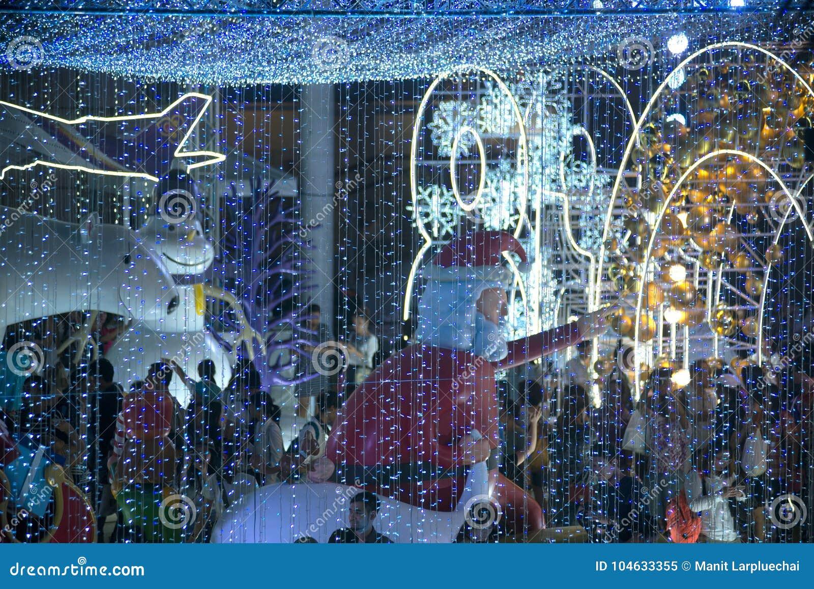 Download Het Het Kerstmanstandbeeld En Licht Verfraaien Mooi Op Kerstboomviering Redactionele Afbeelding - Afbeelding bestaande uit luxe, art: 104633355