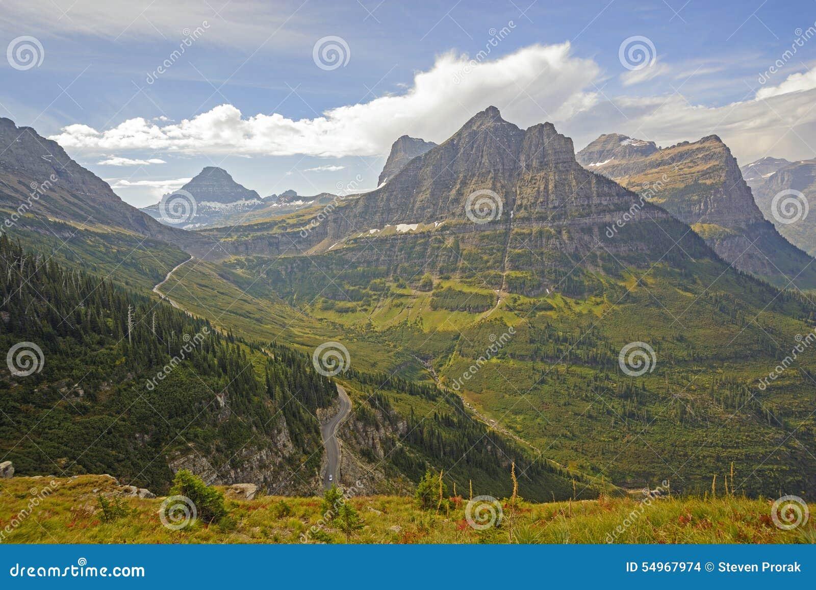 Het kijken aan een Bergpas van een Alpiene sleep