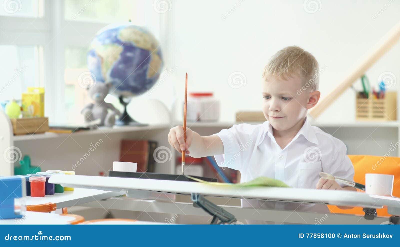 Het kind is bezig geweest met creativiteit jongen het schilderen