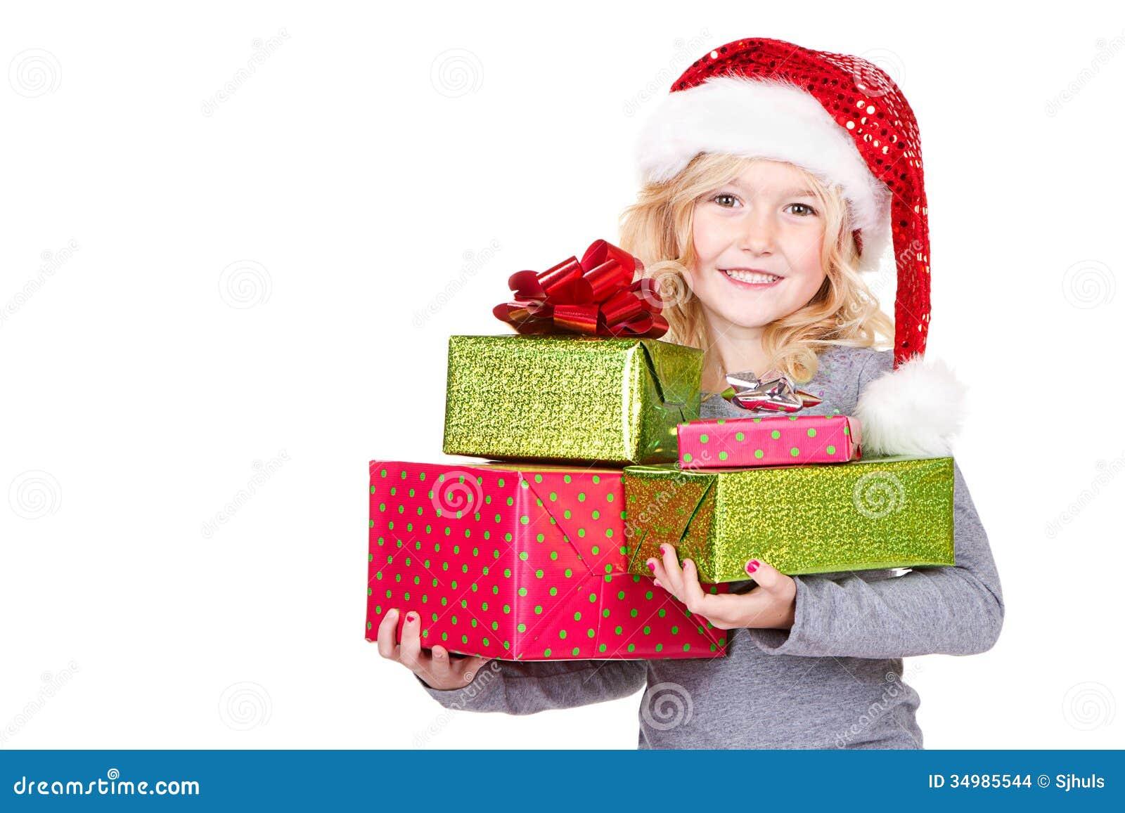 Het kind die een stapel van Kerstmis houden stelt voor
