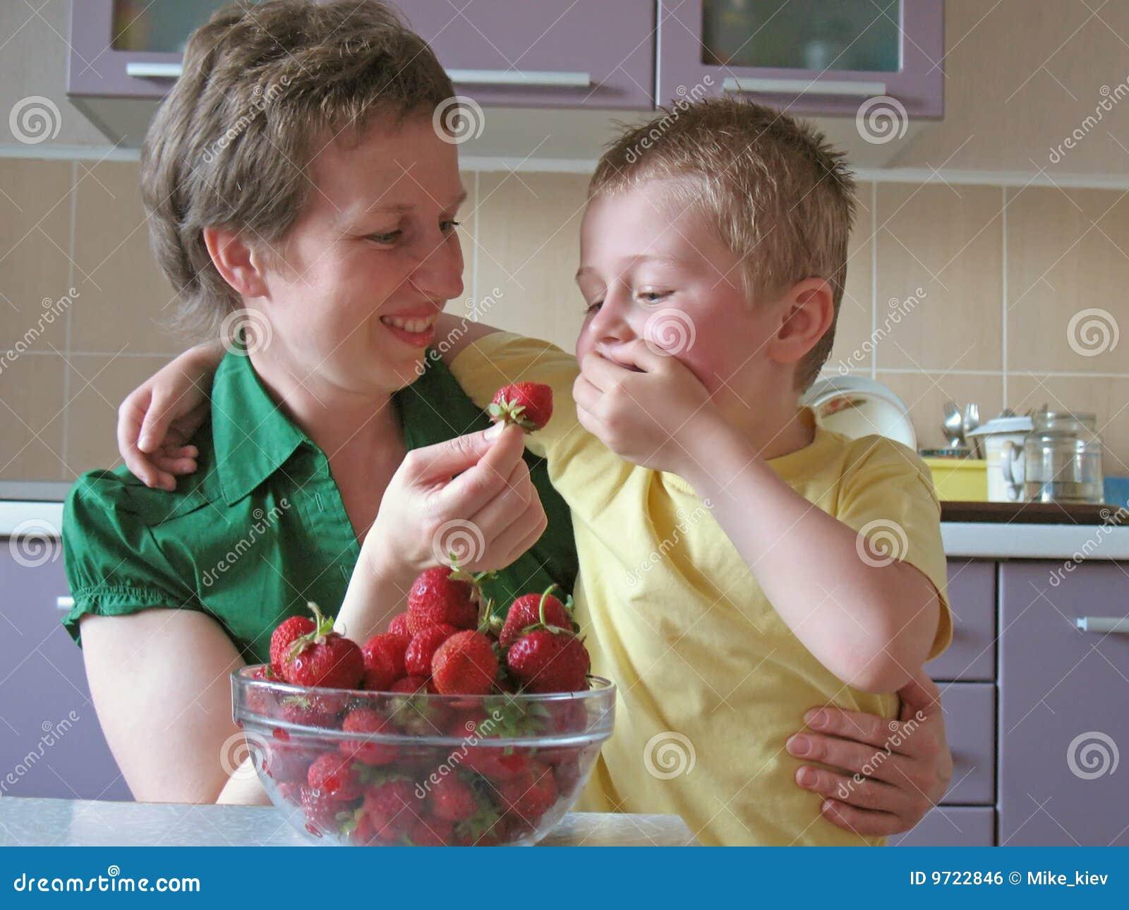 Het kind eet aardbeien te veel