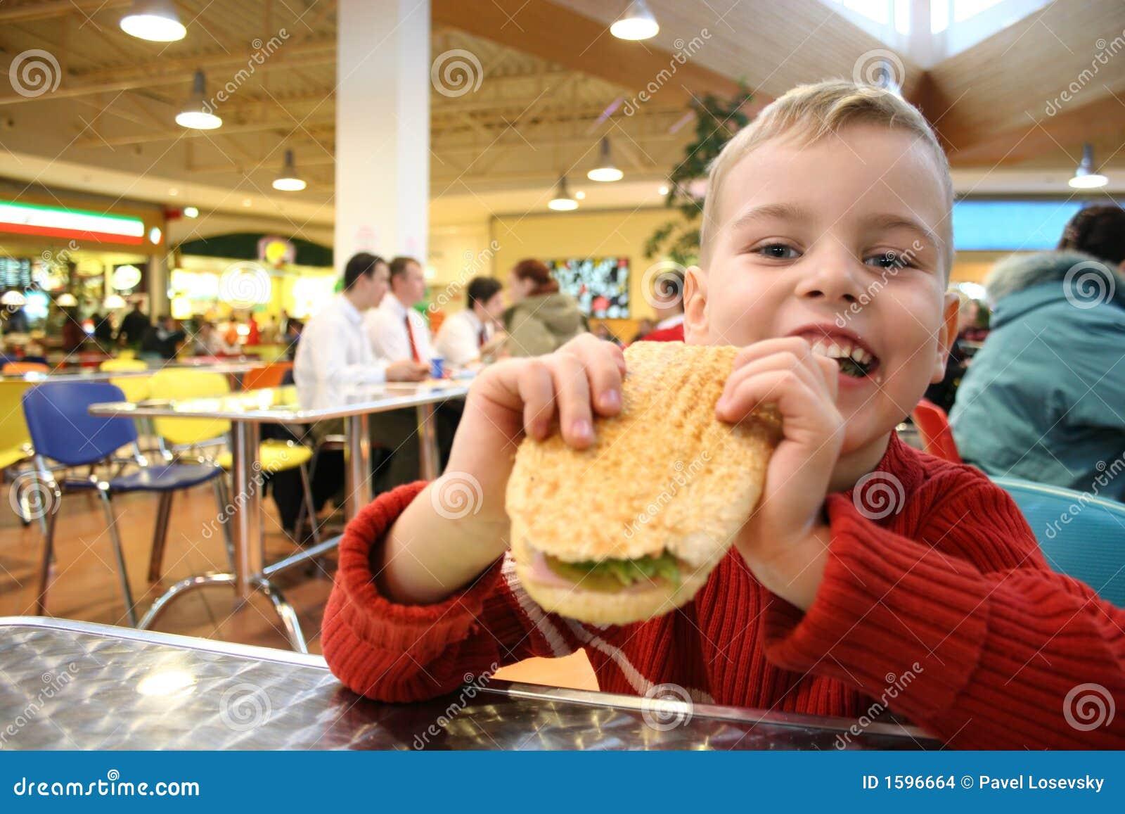 Het kind eet hamburger
