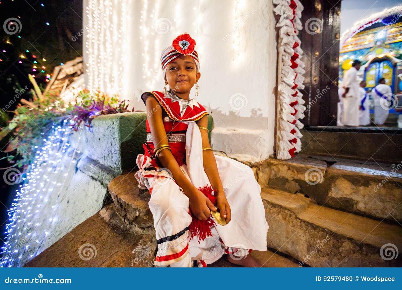 Het kind kleedde zich omhoog voor Kandy Esala Perahera